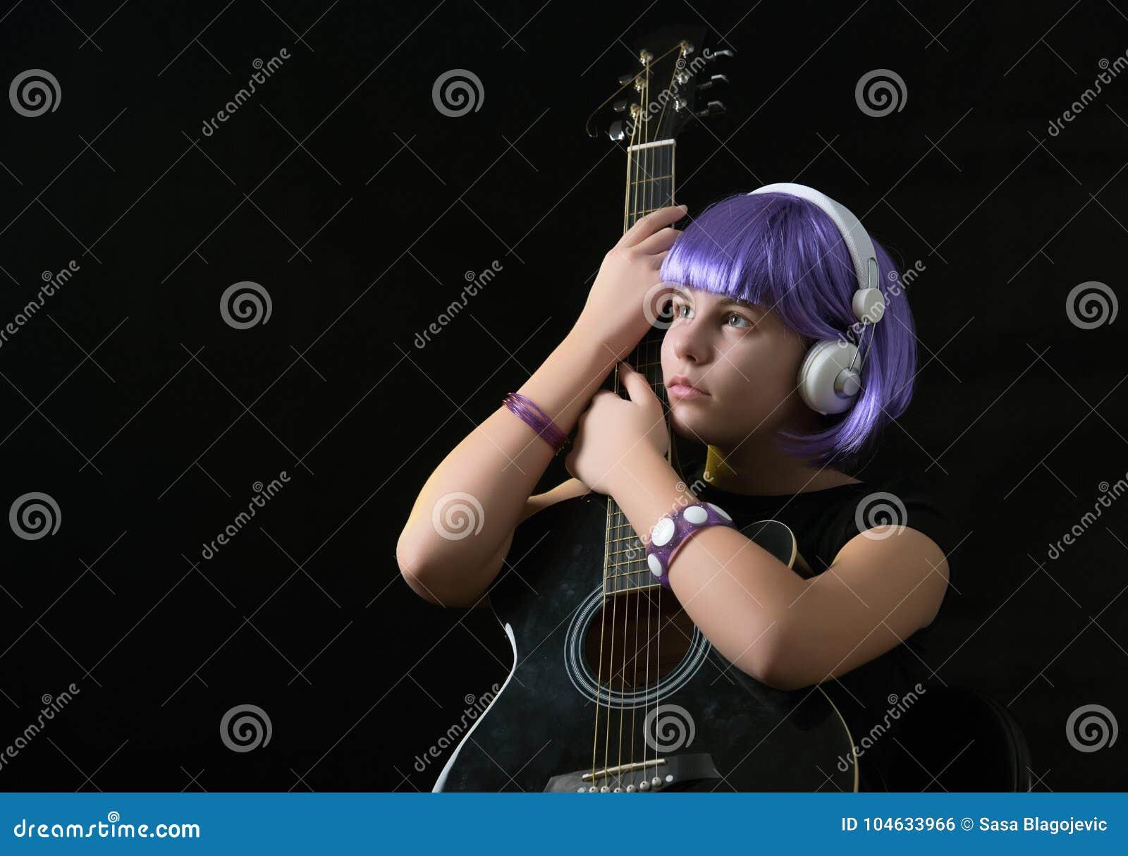 Download Meisje met een gitaar stock foto. Afbeelding bestaande uit uitvoerder - 104633966