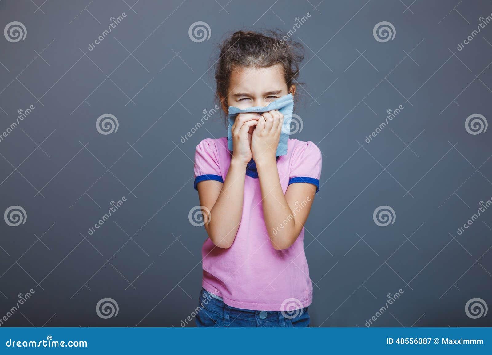 Meisje met een lopende neus gedrukte zakdoek aan haar
