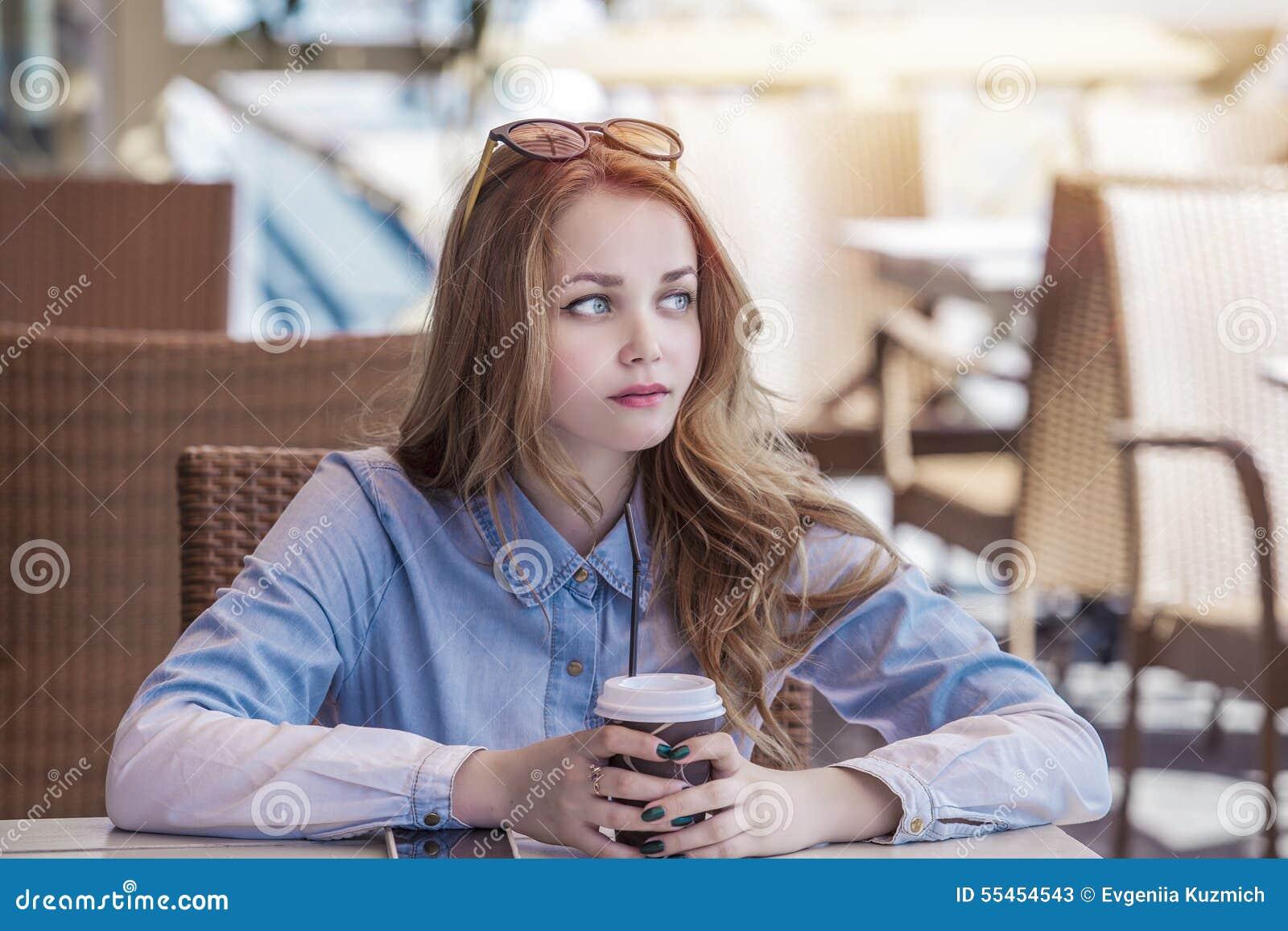 Meisje met een mok koffie ter beschikking