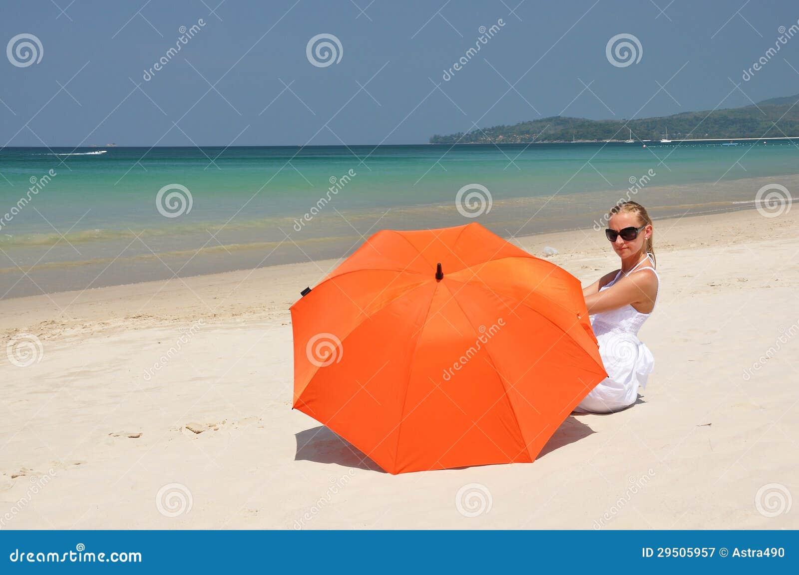Meisje met een oranje paraplu