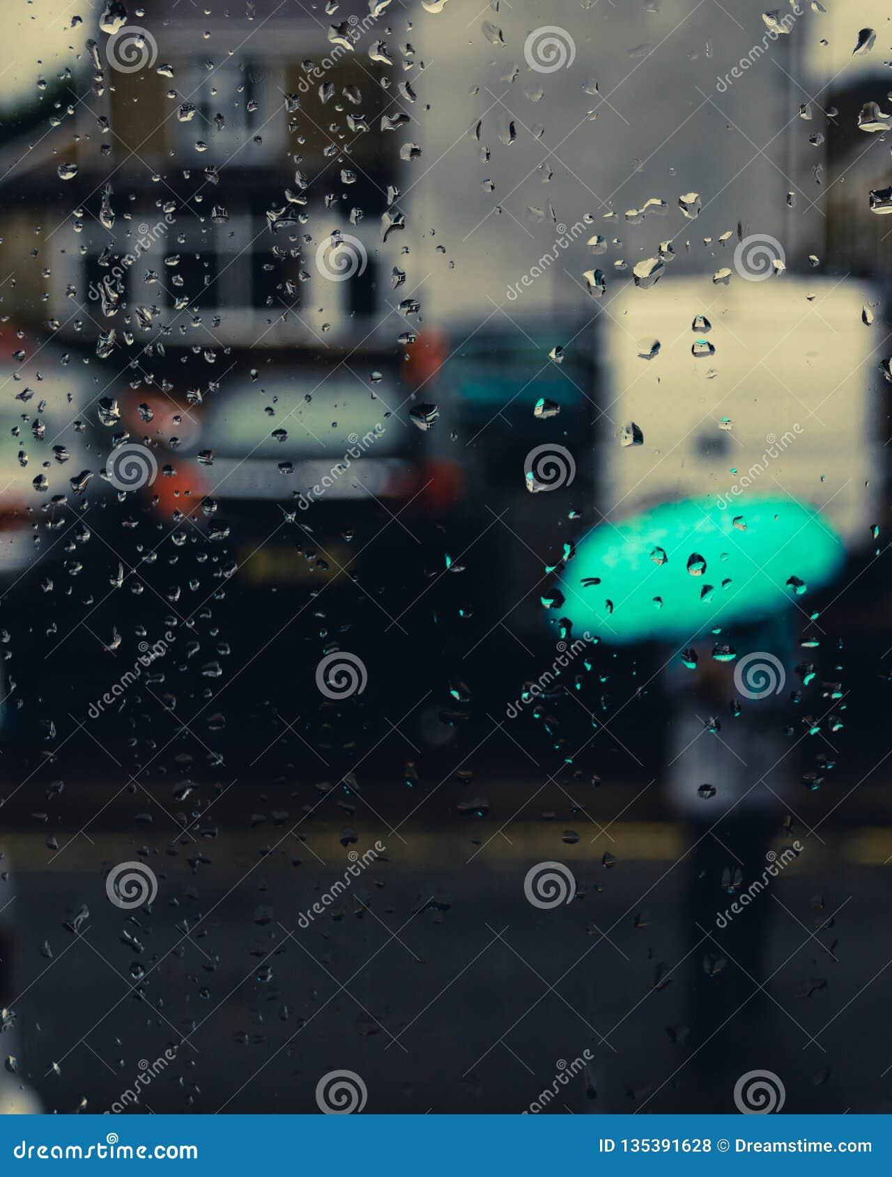 Meisje met een paraplu in de achtergrond en waterdalingen in nadruk