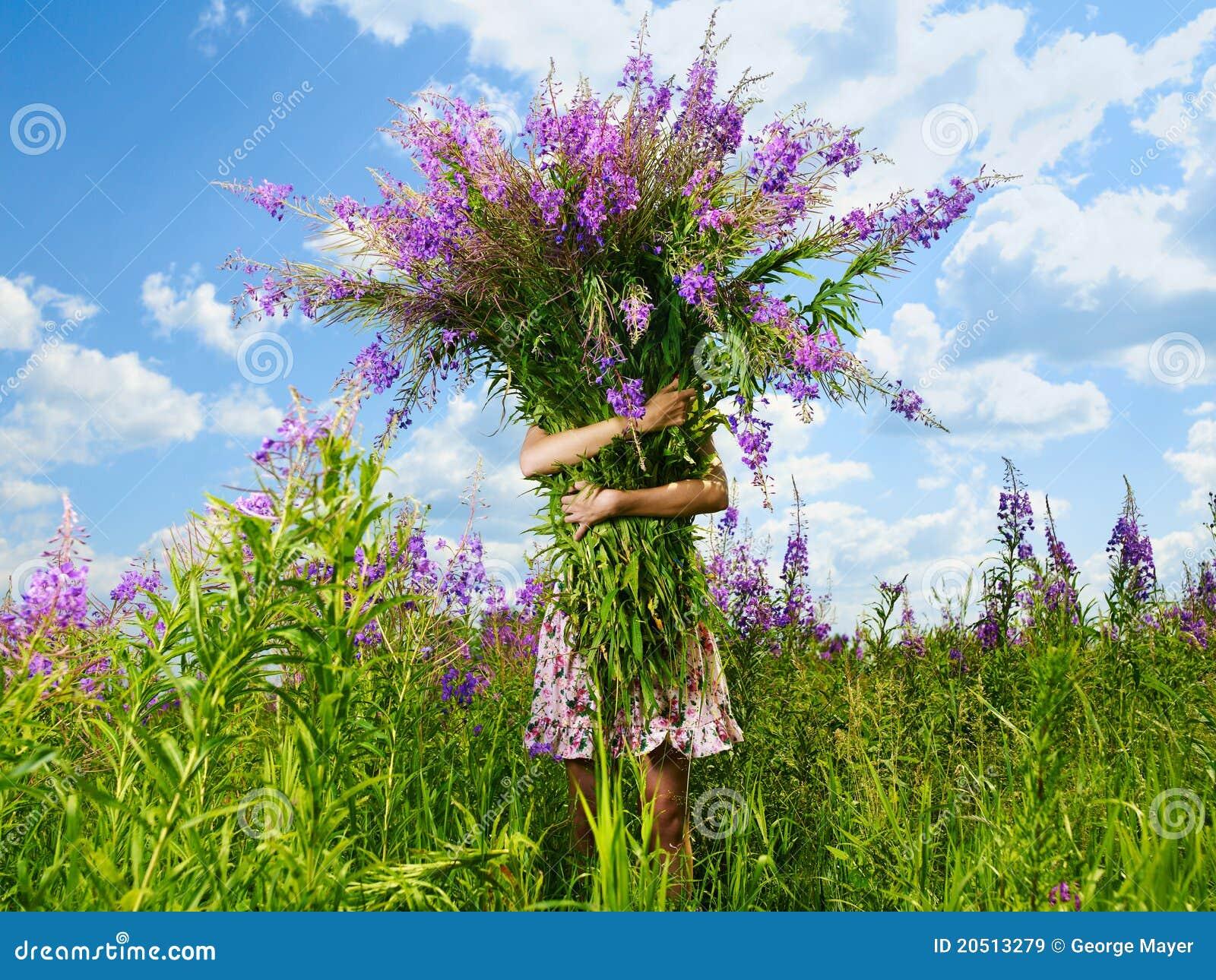 Meisje met een reuzeboeket van bloemen