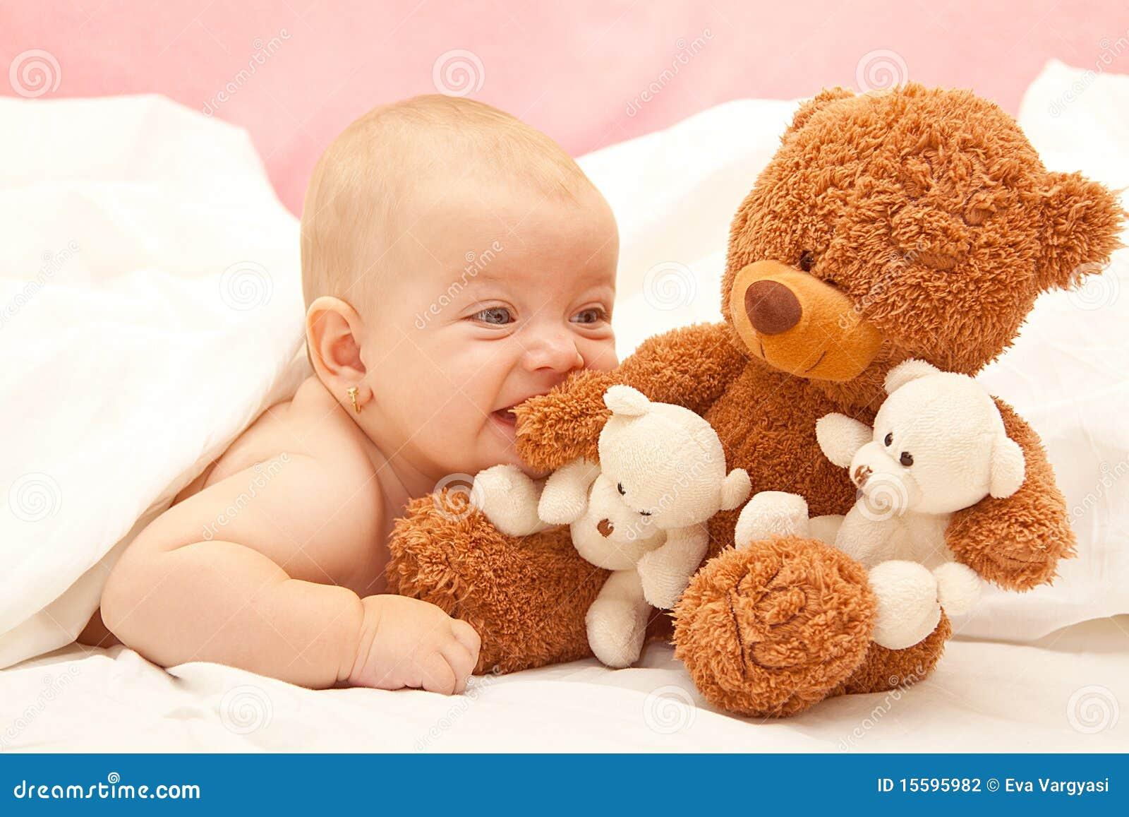 Meisje met een teddybeer