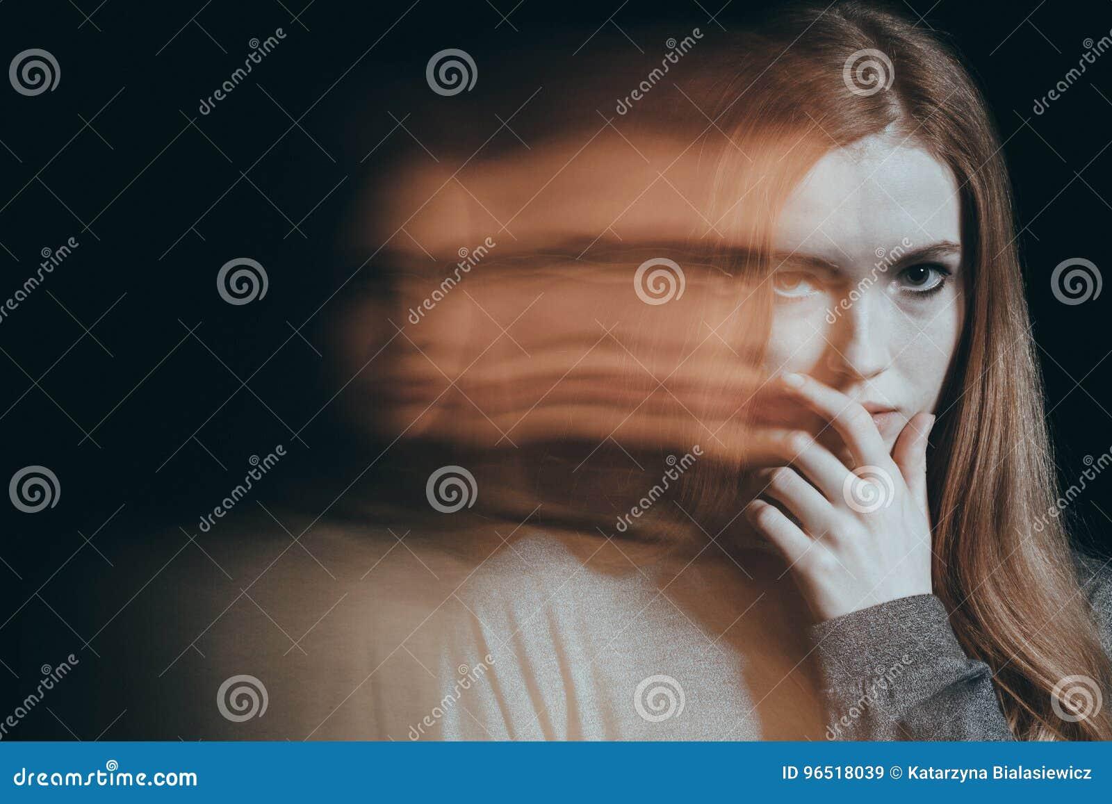 Meisje met een wantrouwende blik