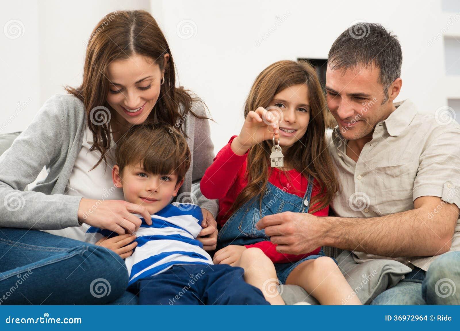 Meisje met Familie die Huissleutel tonen