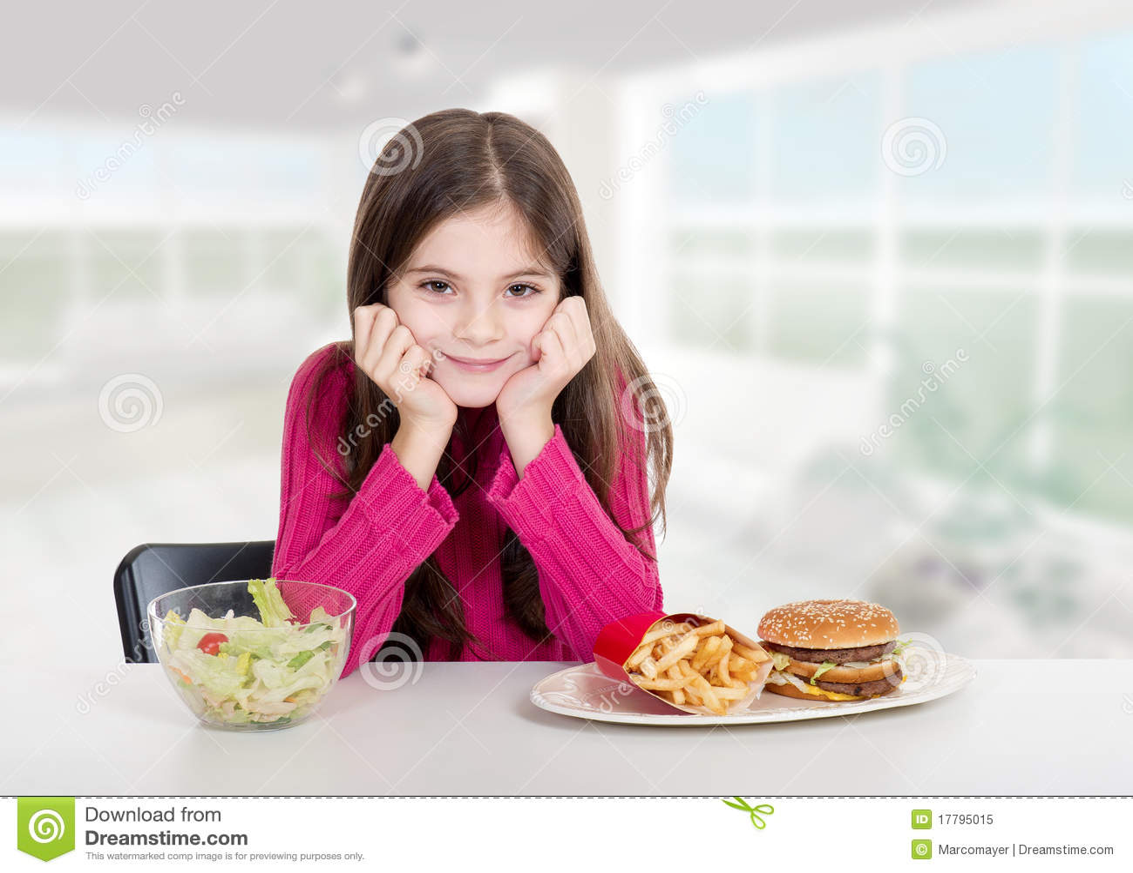 Meisje met gezond en ongezond voedsel