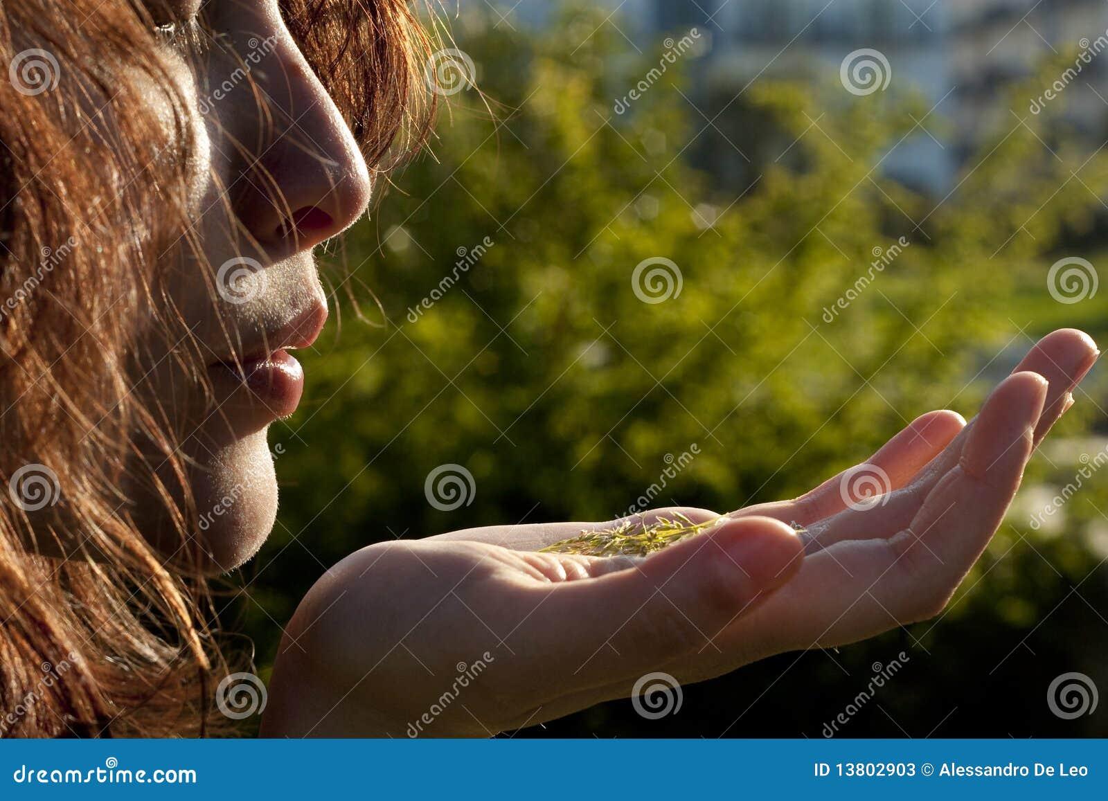Meisje met Gras op Haar Hand