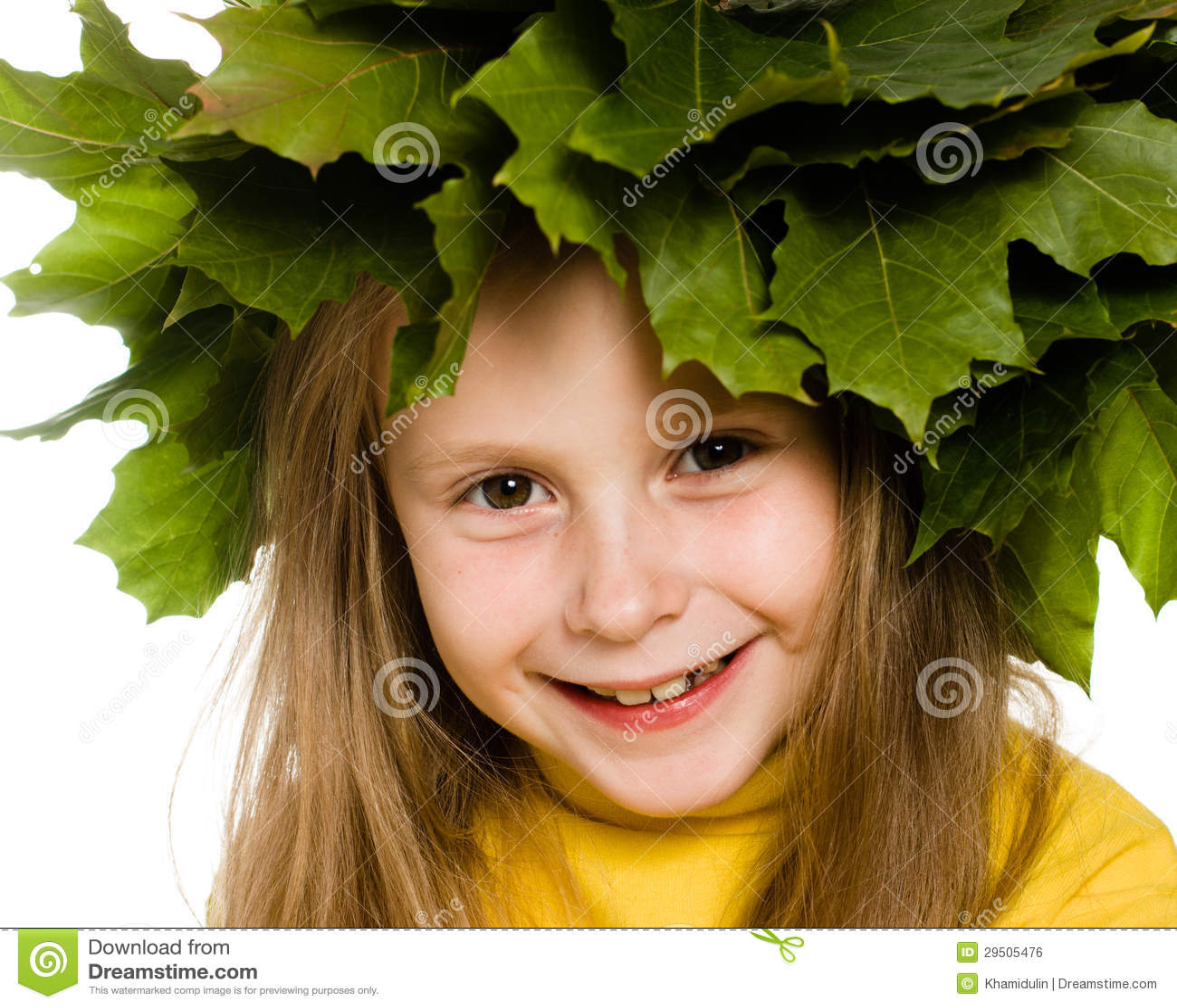 Meisje met groene esdoornbladeren op het hoofd
