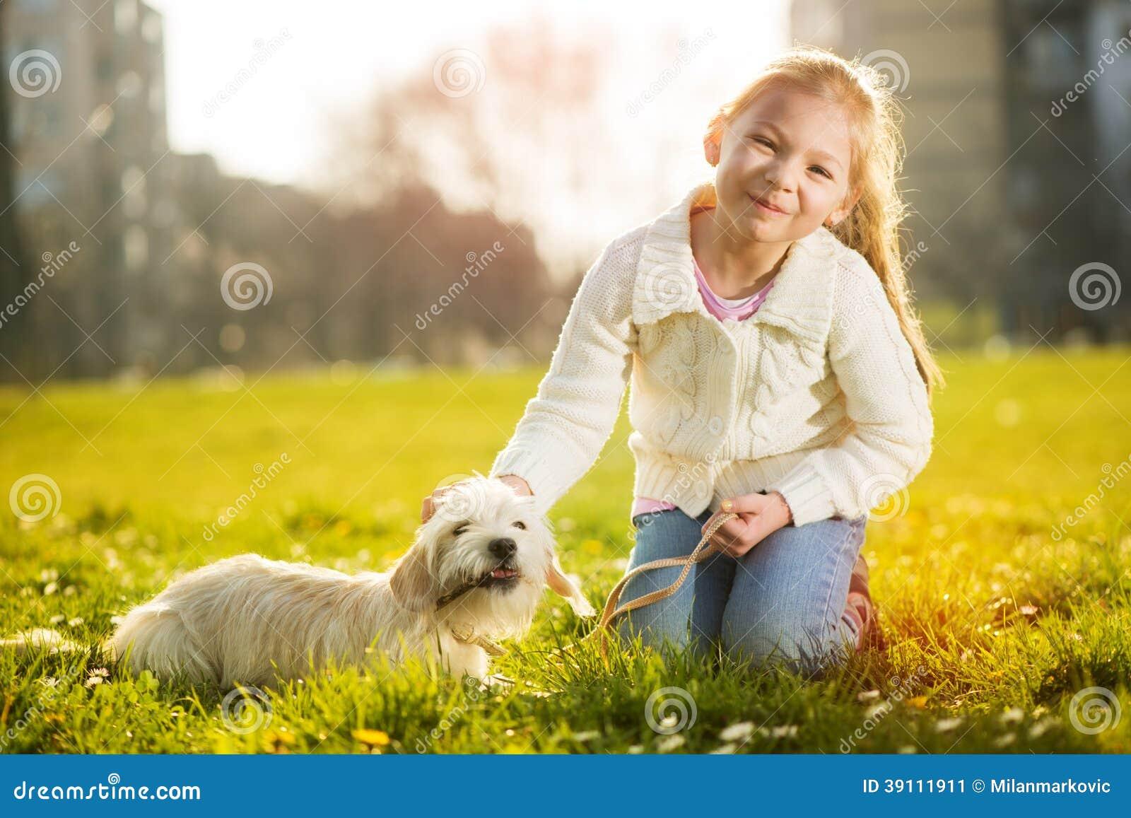 Meisje met haar puppyhond