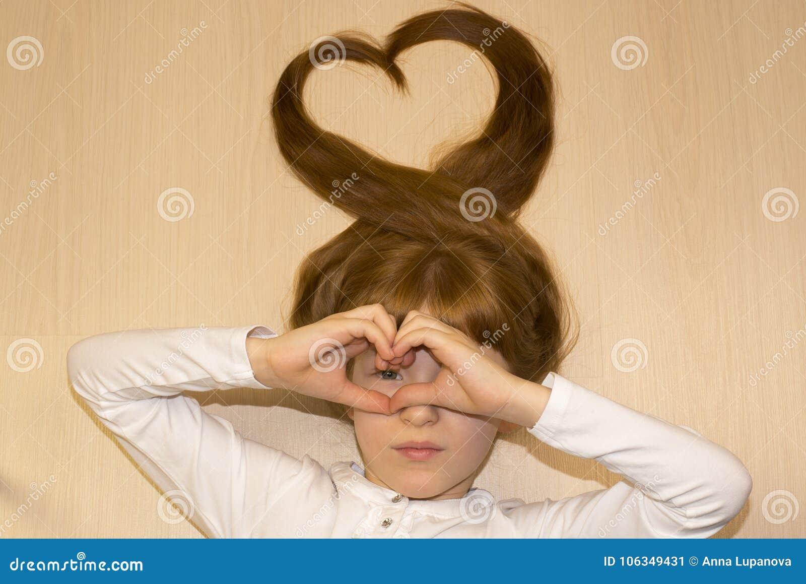 Meisje met harten van haar handen en haar