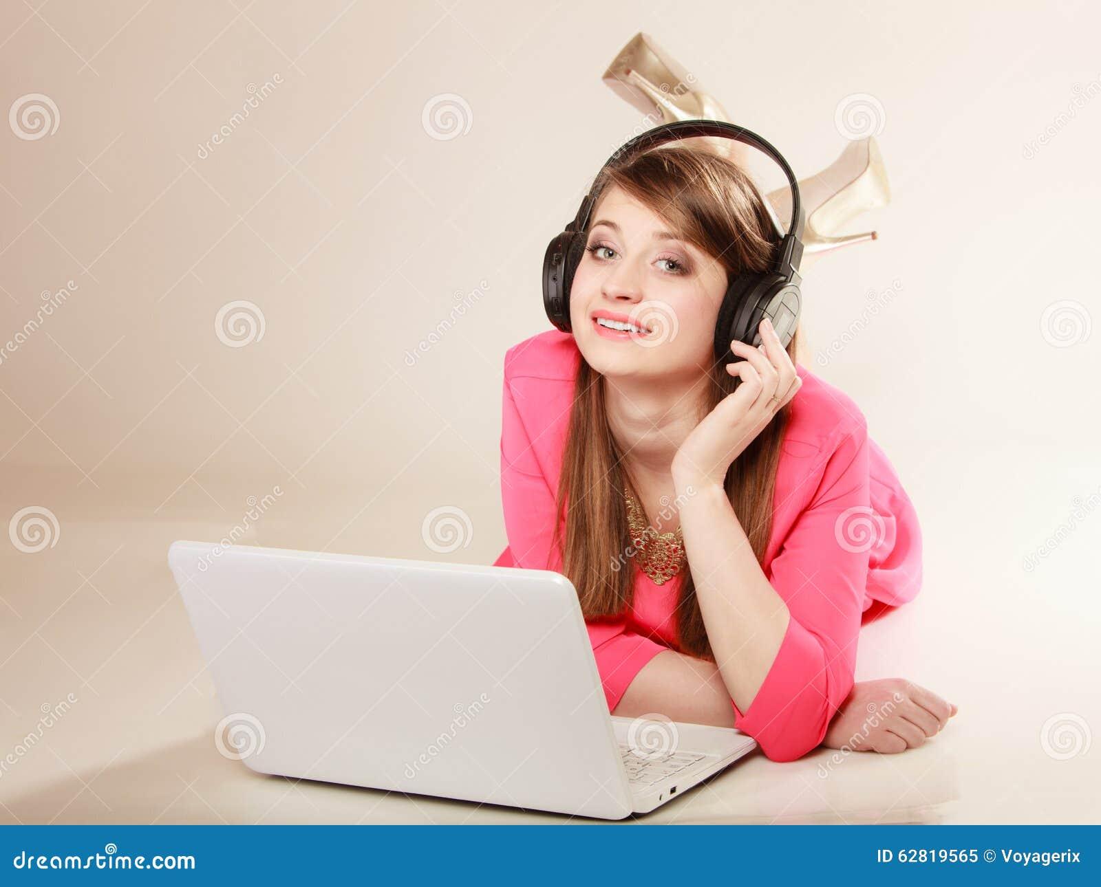 Meisje met hoofdtelefoons en laptop die aan muziek luisteren stock afbeelding afbeelding 62819565 - Foto tiener ruimte meisje ...