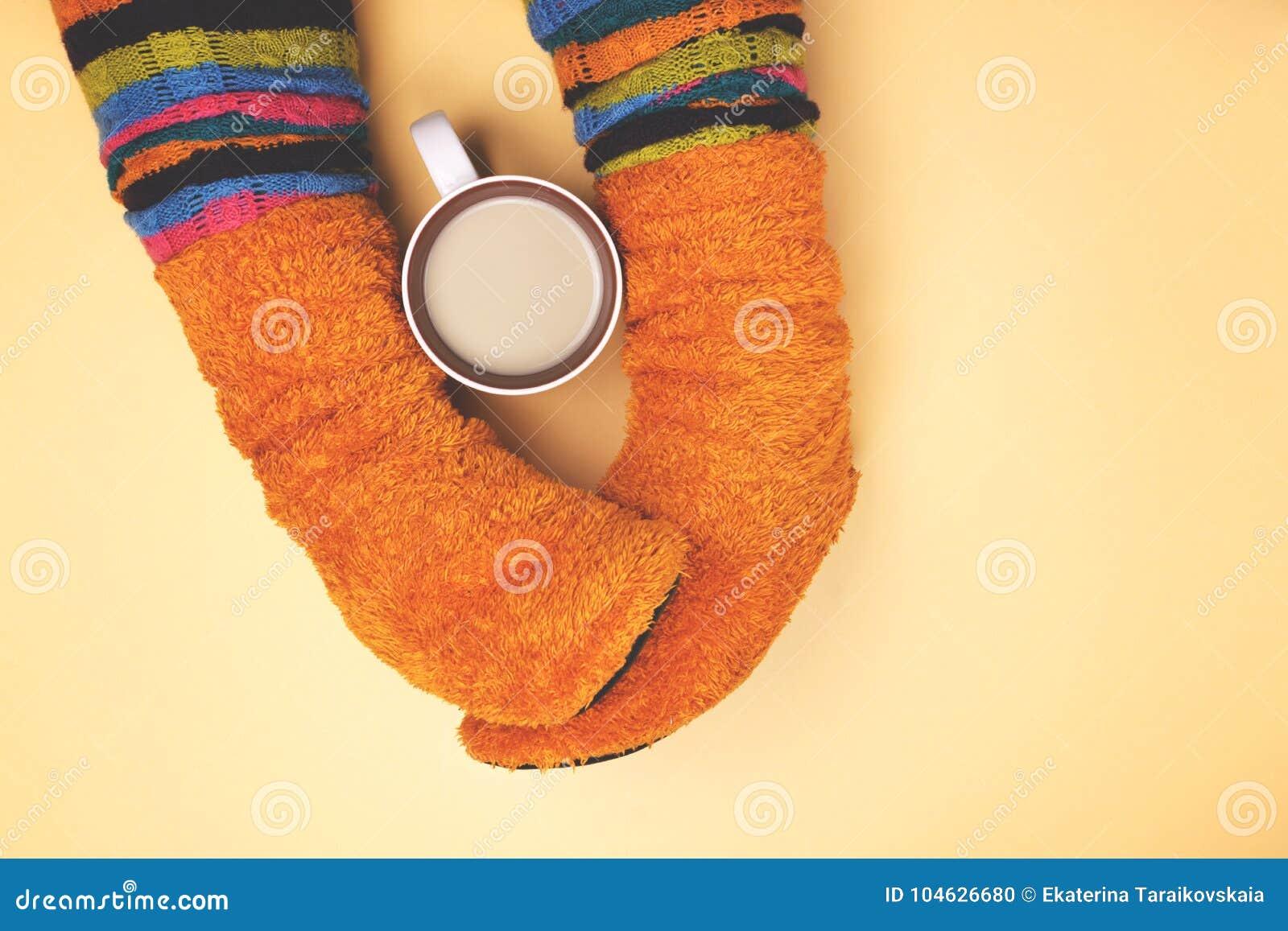 Download Meisje Met Koffie Gekleurde Sokken Stock Foto - Afbeelding bestaande uit zaken, vlak: 104626680