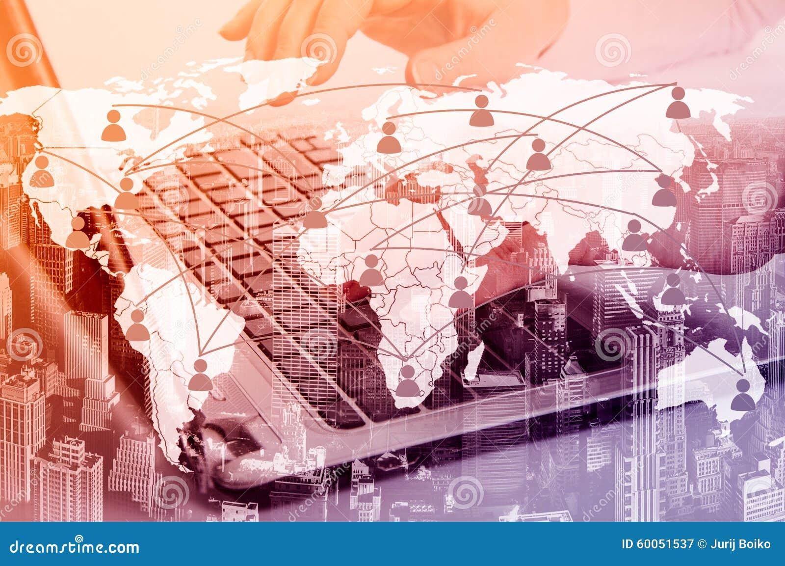 Meisje met laptop Het concept virtuele mededeling over de kaart