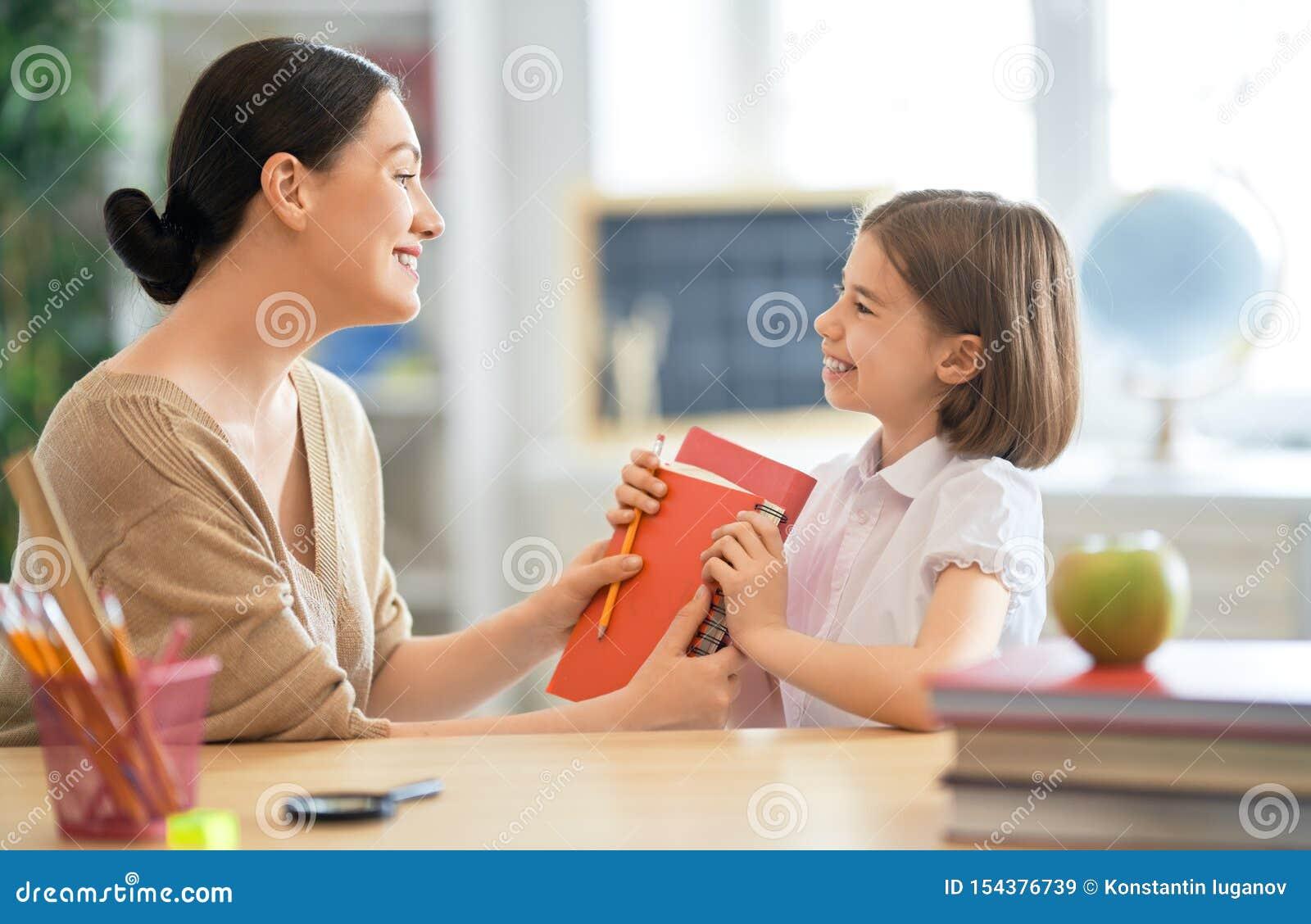 Meisje met leraar in klaslokaal