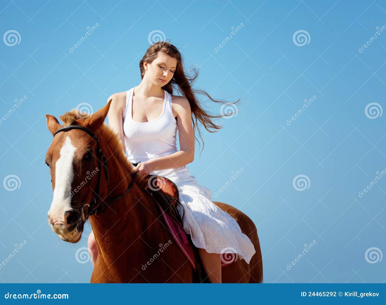 Meisje met paard op het strand stock foto afbeelding 24465292 - Kamer paard meisje ...