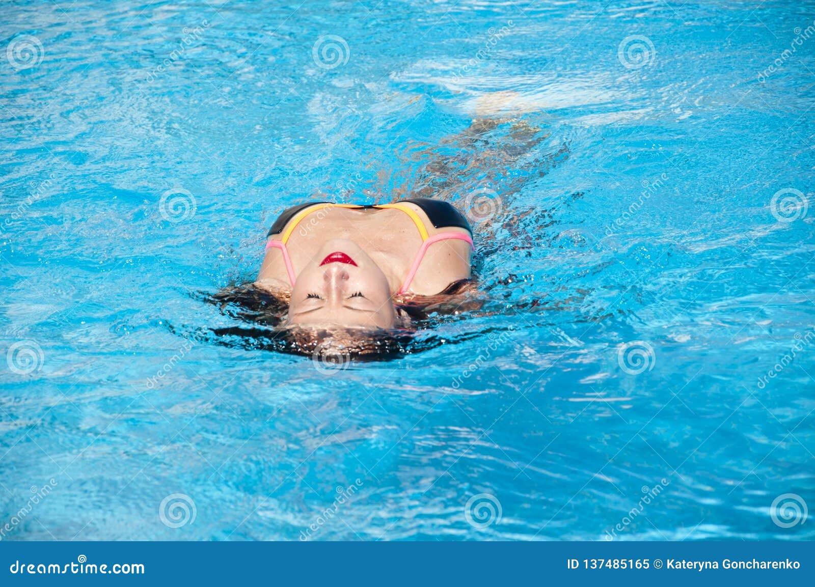 Meisje met rode lippen en nat haar De zomervakantie en reis naar de Maldiven Caraïbische overzees dope Kuuroord in pool Het stran