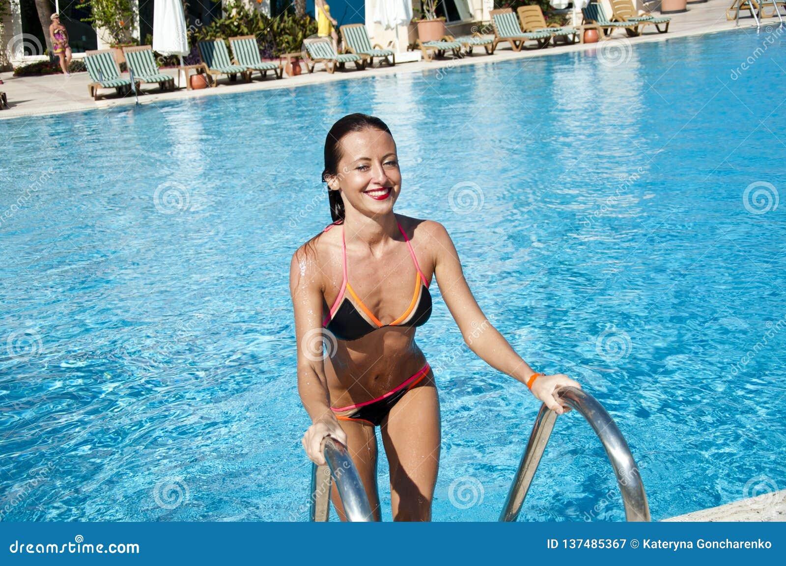 Meisje met rode lippen en nat haar De zomervakantie en reis naar de Maldiven Het strand van Miami is zonnig swag Vrouw in het zwe