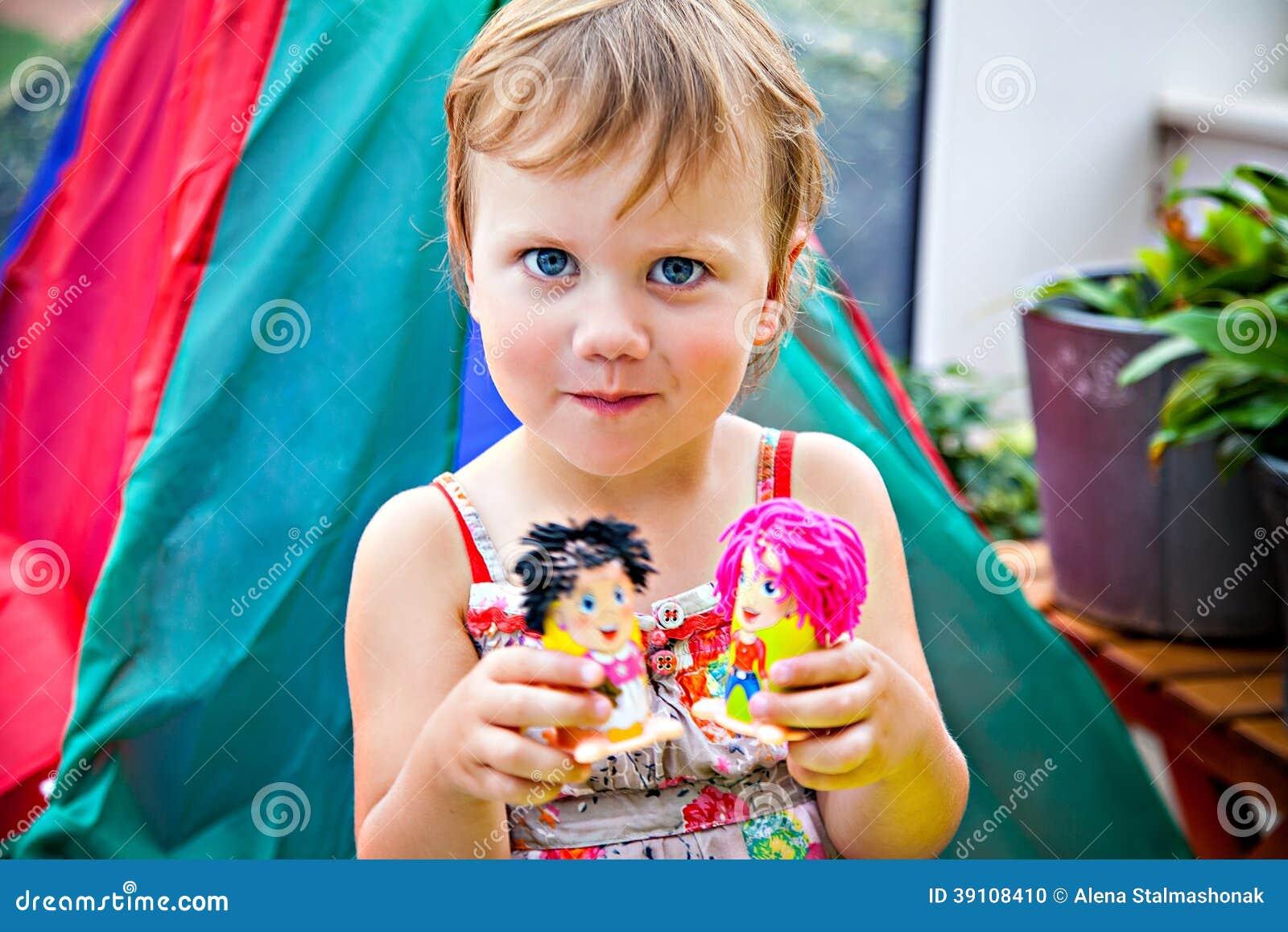 Meisje met speelgoed met plasticine wordt gemaakt die