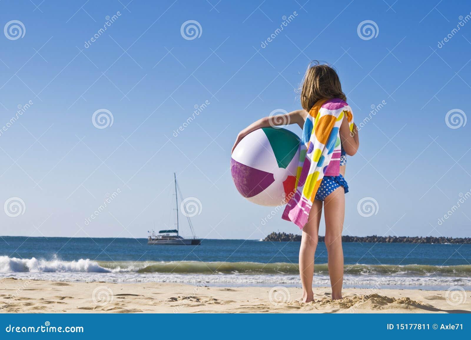 Meisje met strandbal