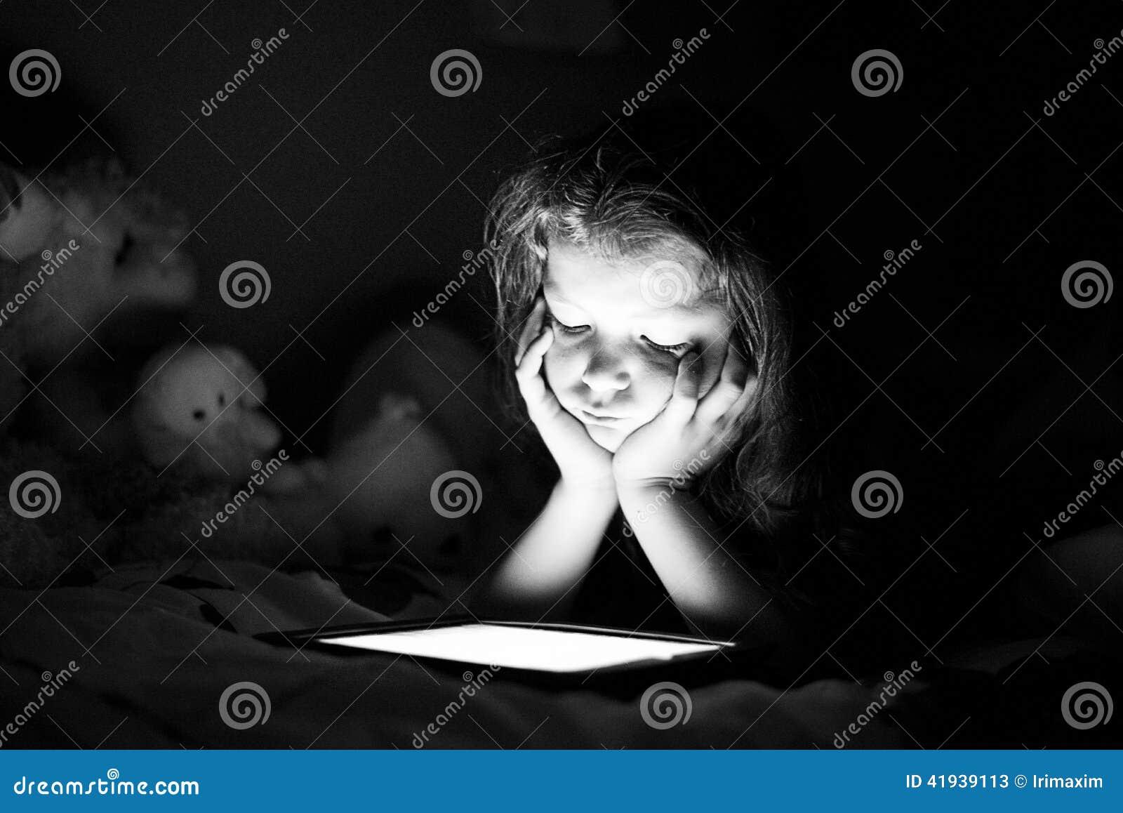 Meisje met tablet in dark