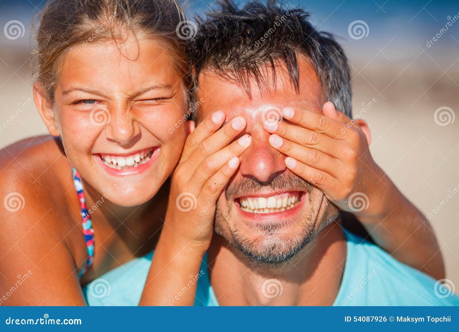 Meisje met vader het spelen bij het strand