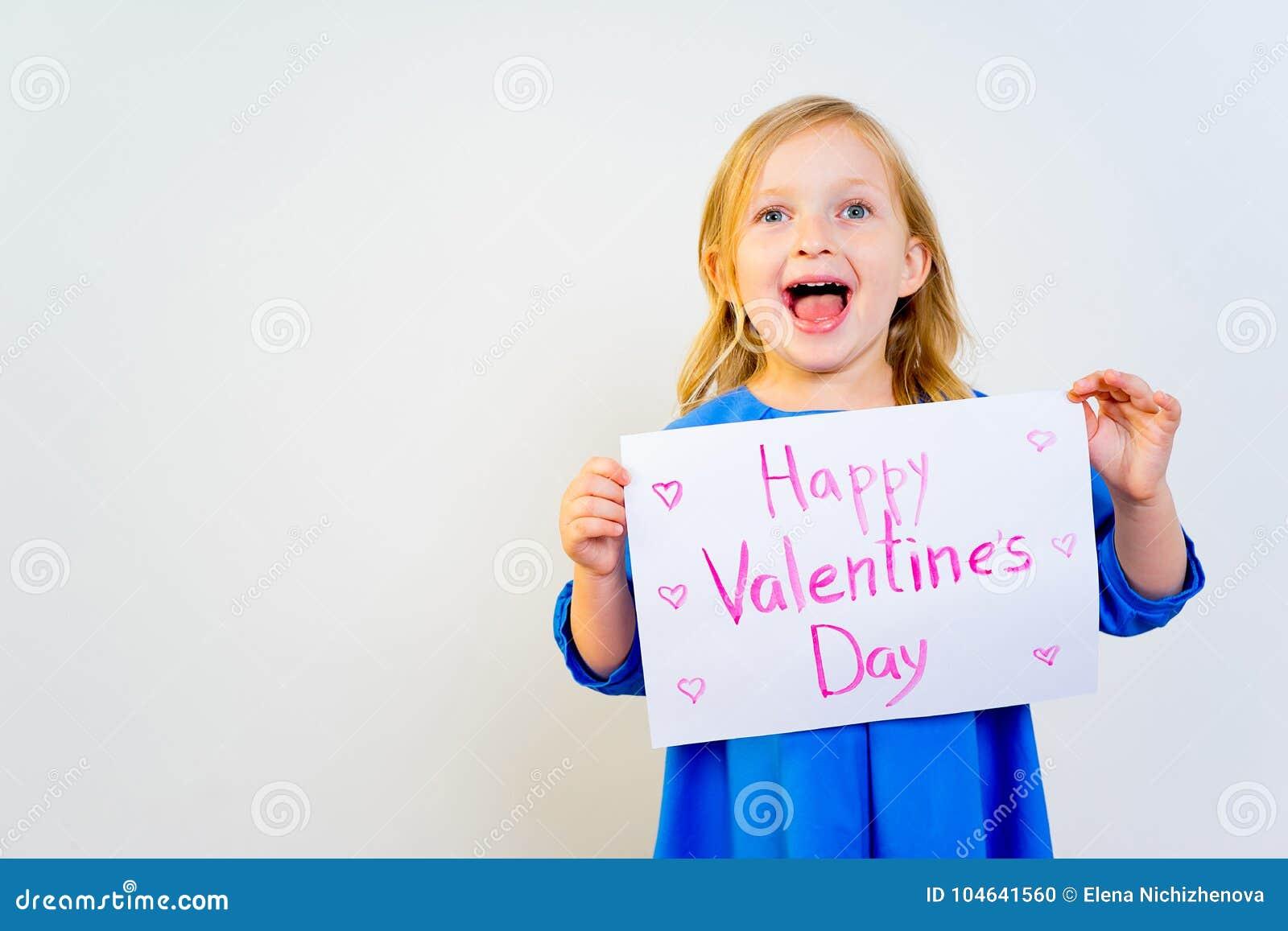Download Meisje Met Valentijnskaartprentbriefkaar Stock Foto - Afbeelding bestaande uit vakantie, vrolijk: 104641560