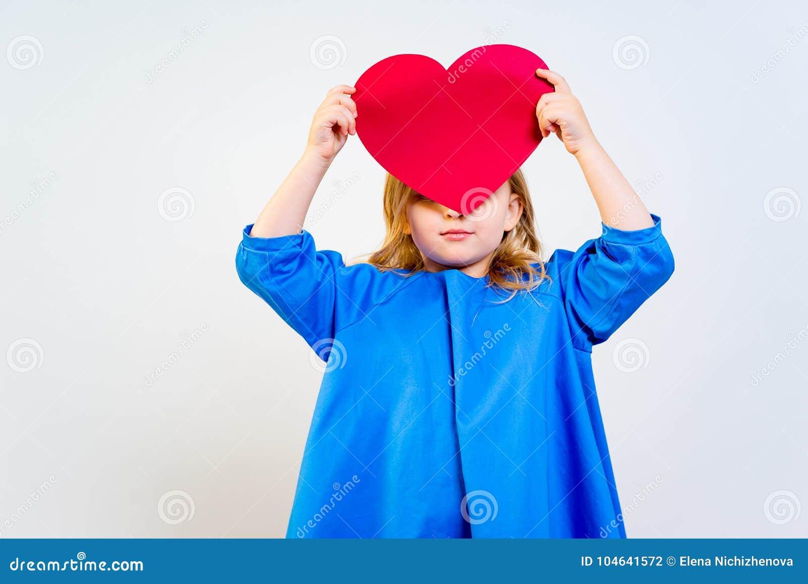Download Meisje Met Valentijnskaartprentbriefkaar Stock Foto - Afbeelding bestaande uit vreugde, kind: 104641572