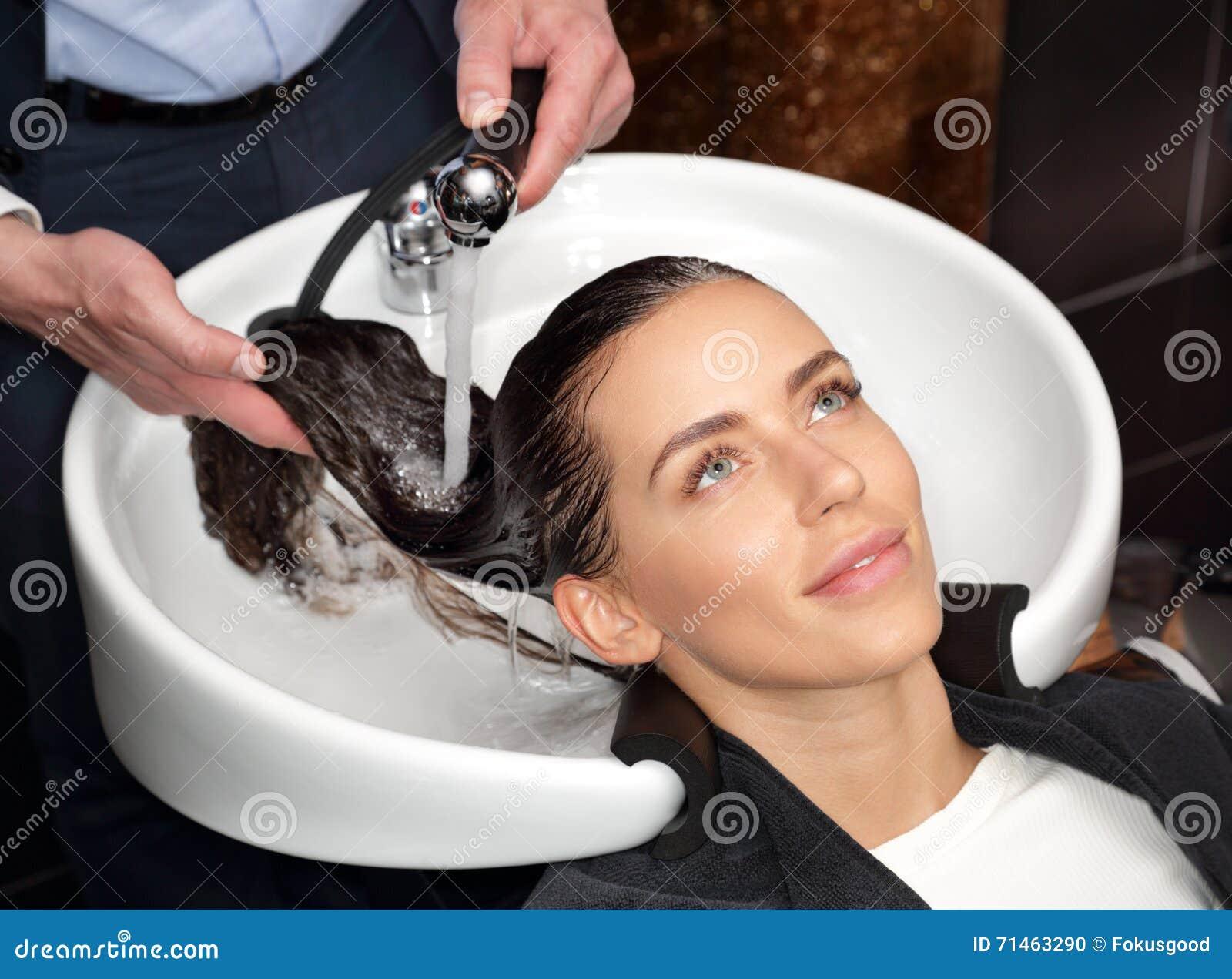 Meisje met water gespoeld de shampoo van het hoofd