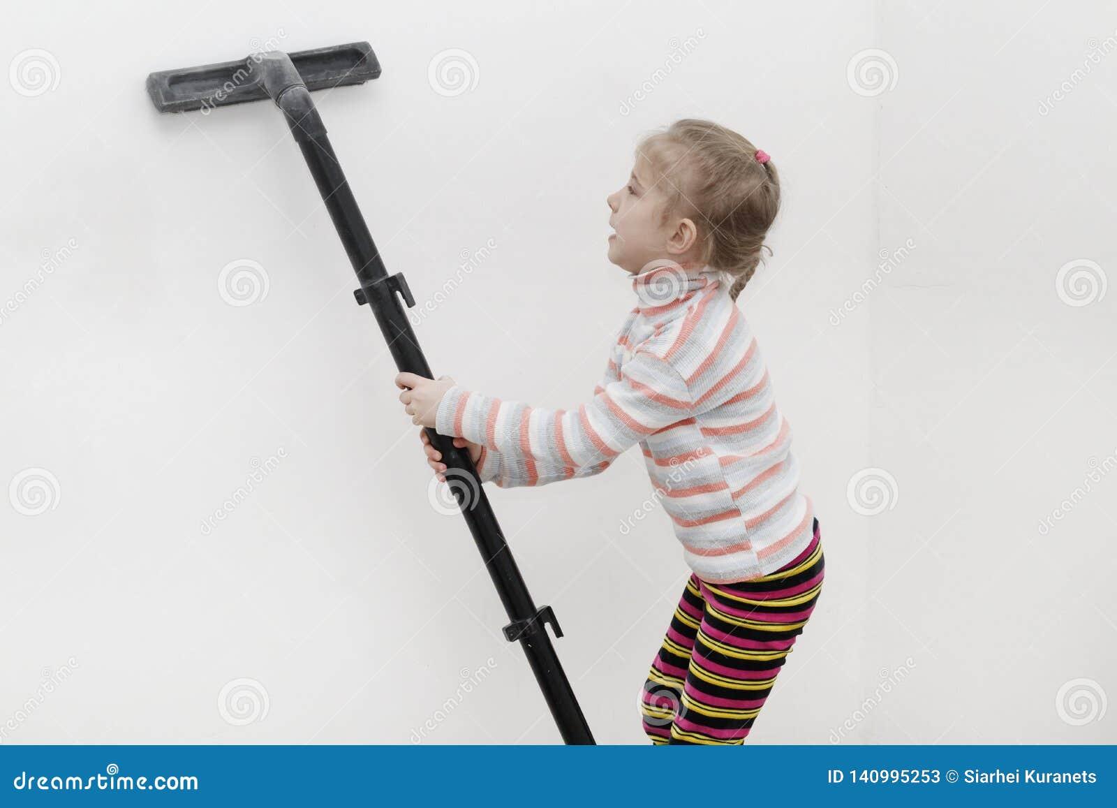 Meisje met wit haar verwijdert het huis na een belangrijke revisie in de handen van de stofcollector