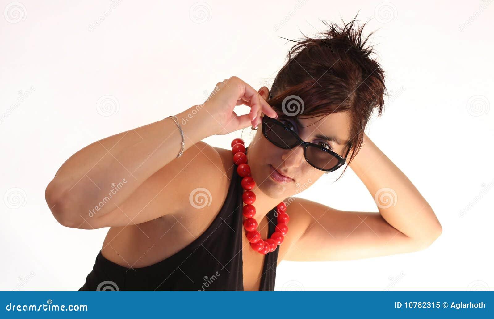 Meisje met zonnebril en rode halsband