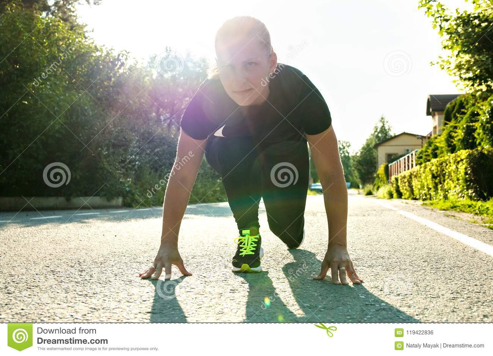 Meisje ongeveer beginnen in openlucht lopend en te rennen