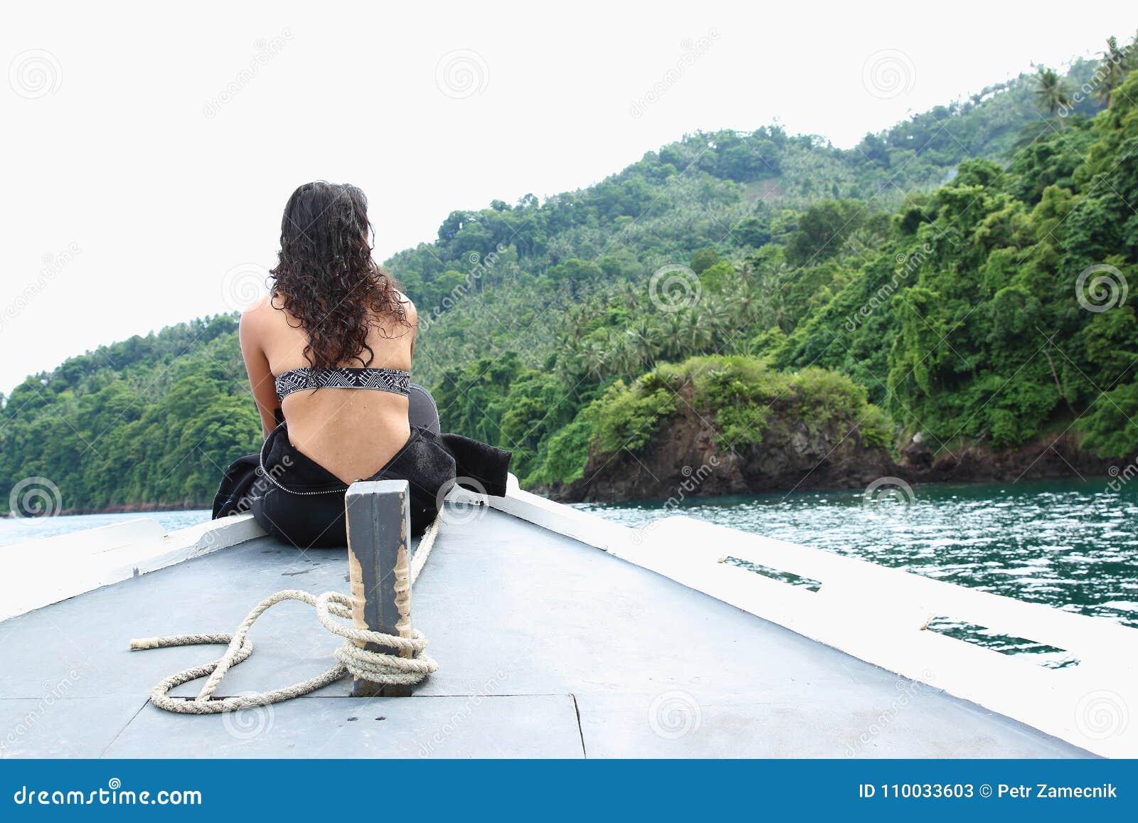Meisje op boot in Lembeh-Straat