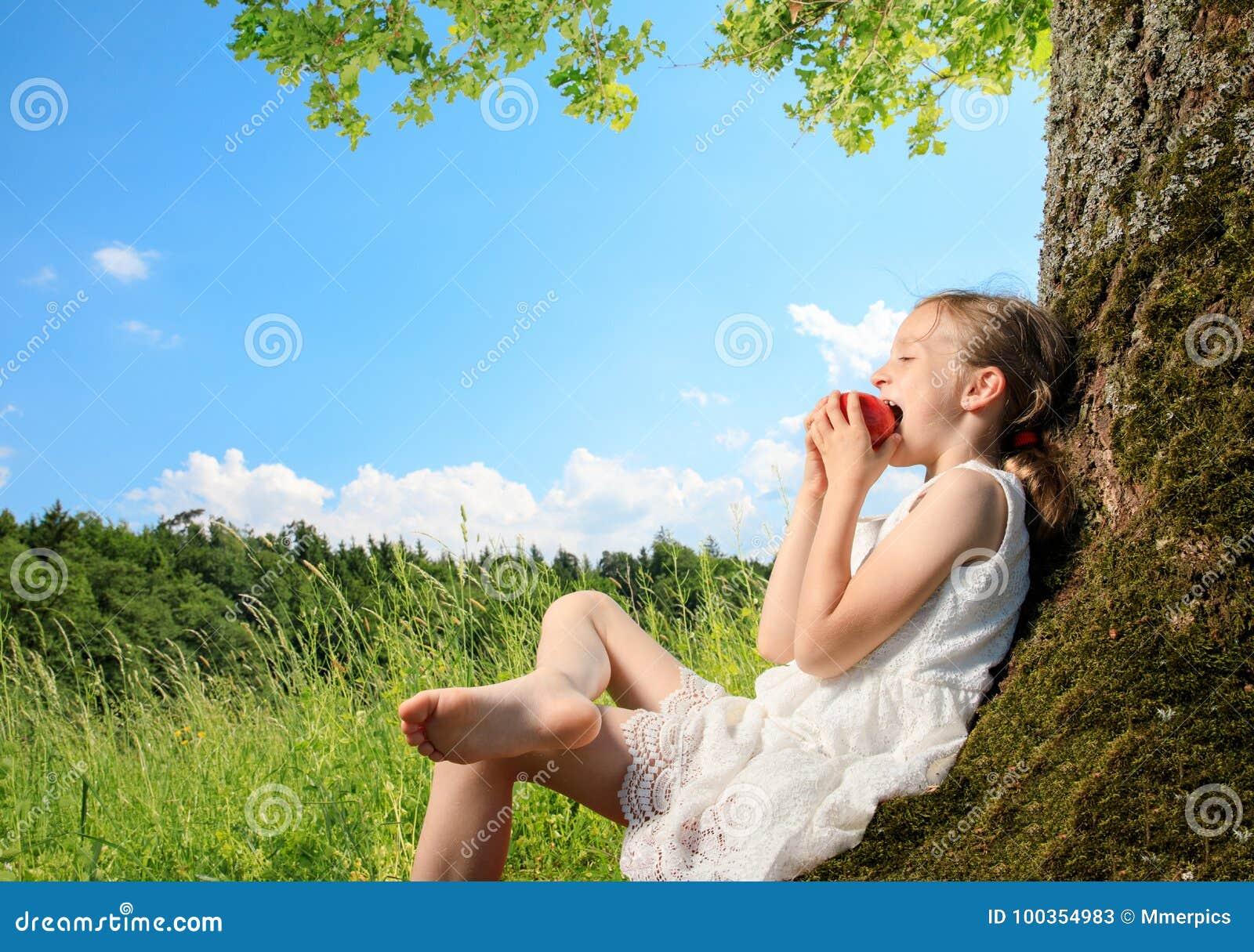 Meisje op een boom