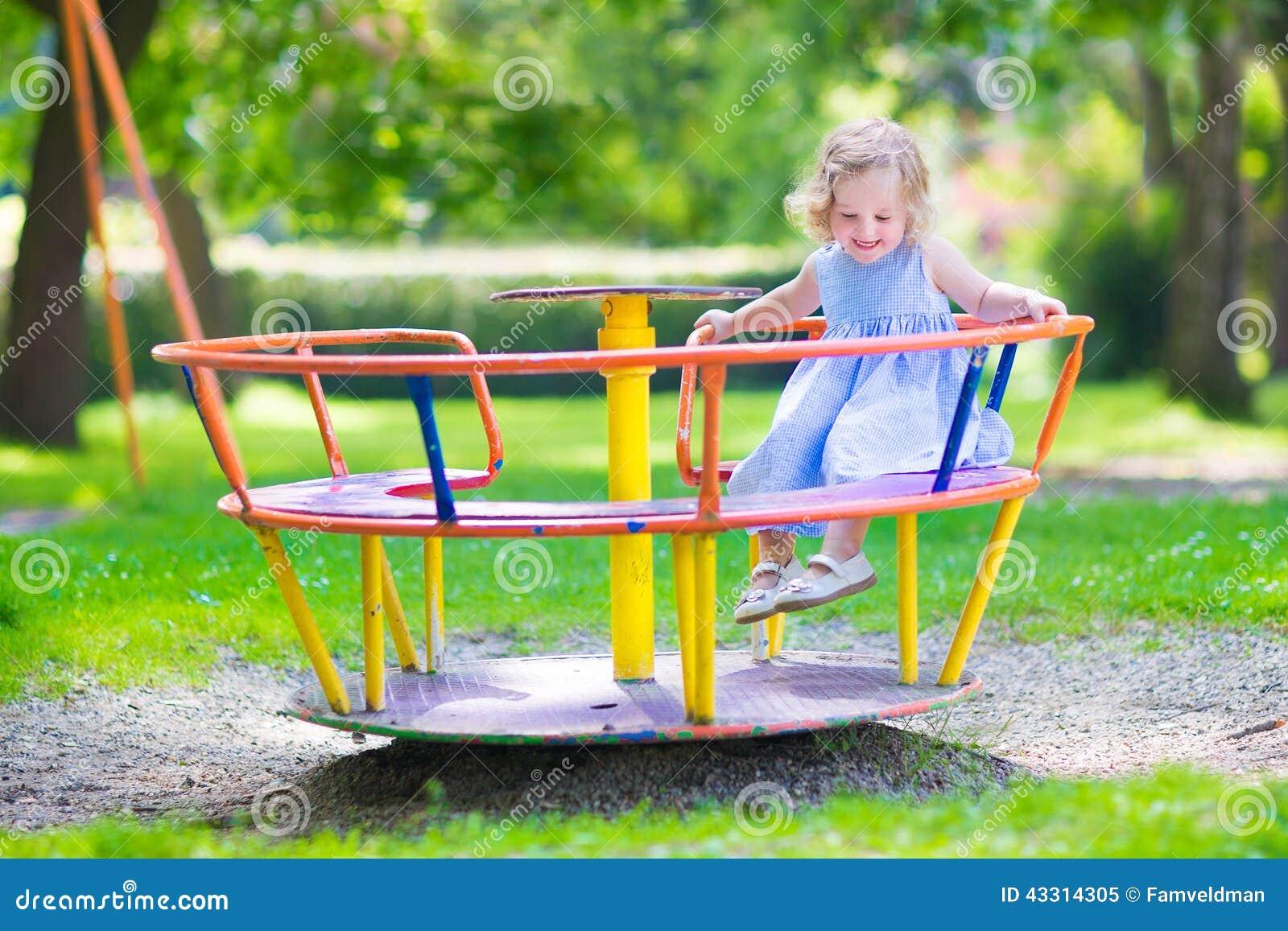 Meisje op een speelplaats