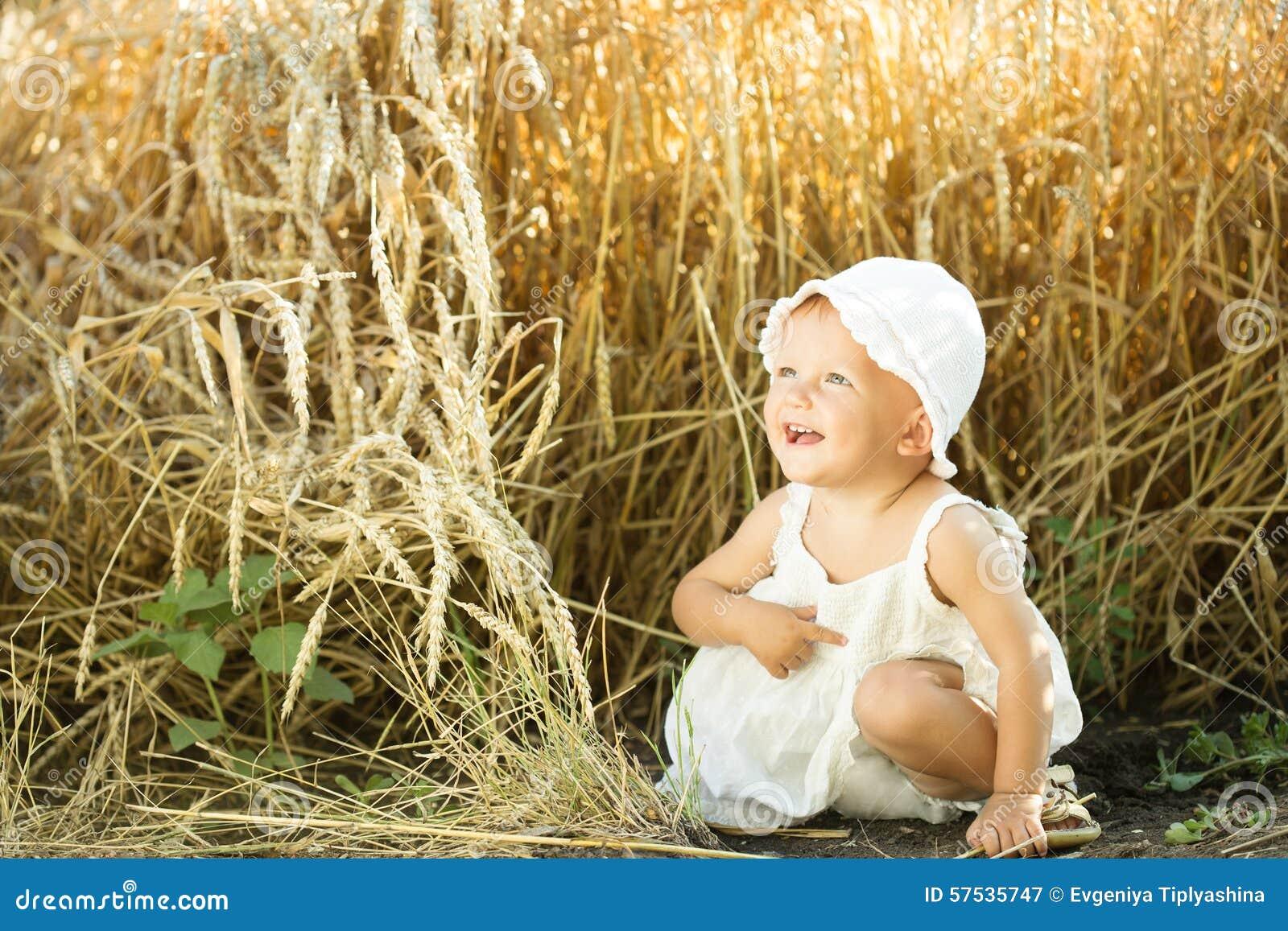 Meisje op een tarwegebied