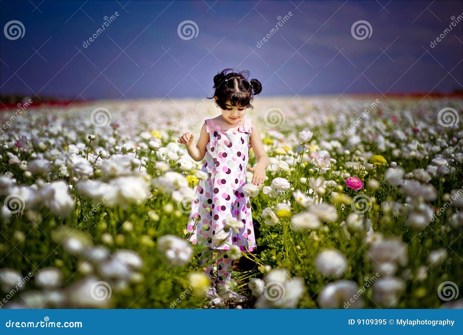 Meisje op het bloemgebied