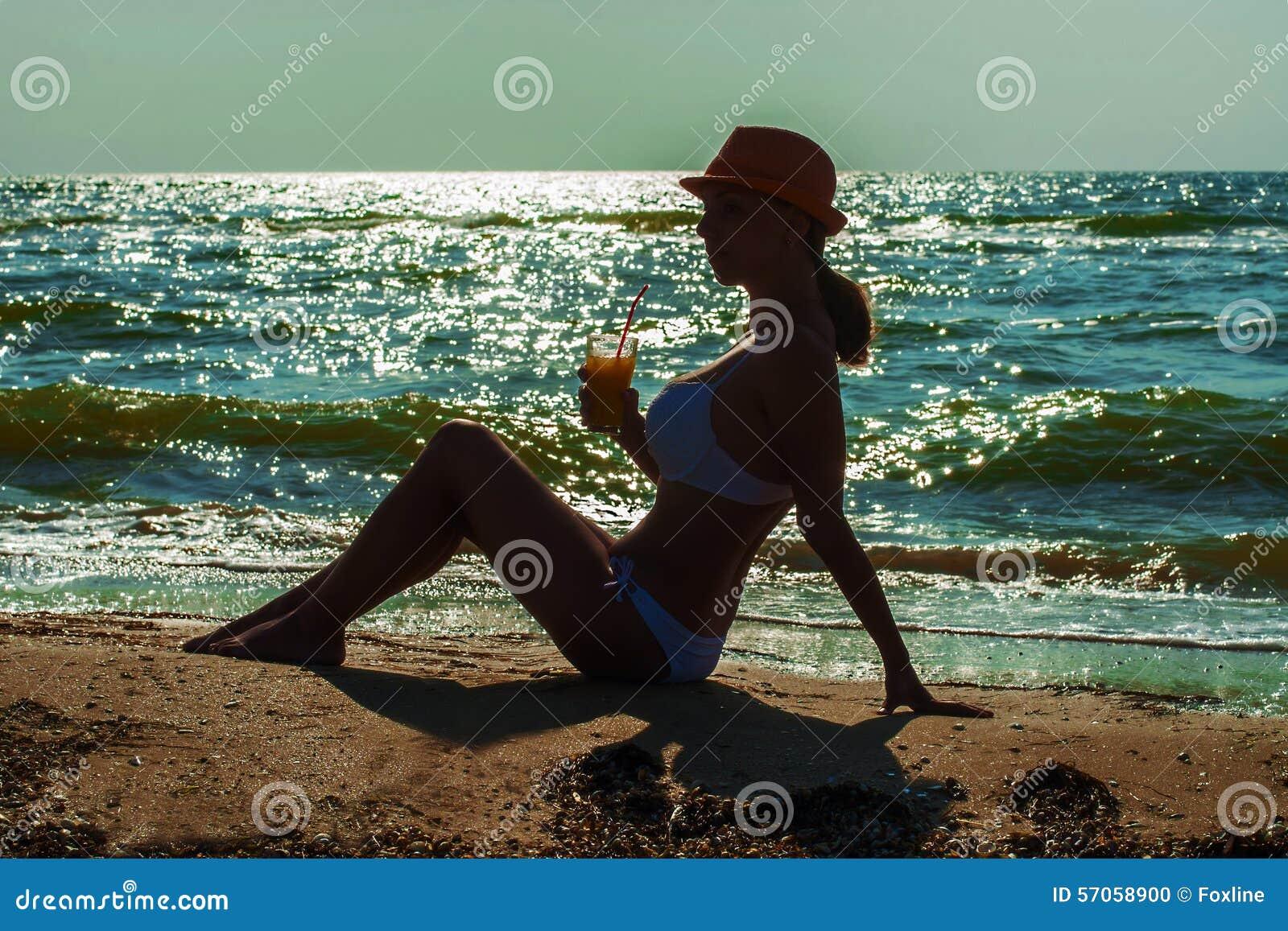 Meisje op het strand met een cocktail