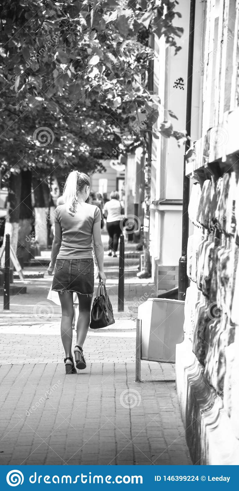Meisje op straat het lopen
