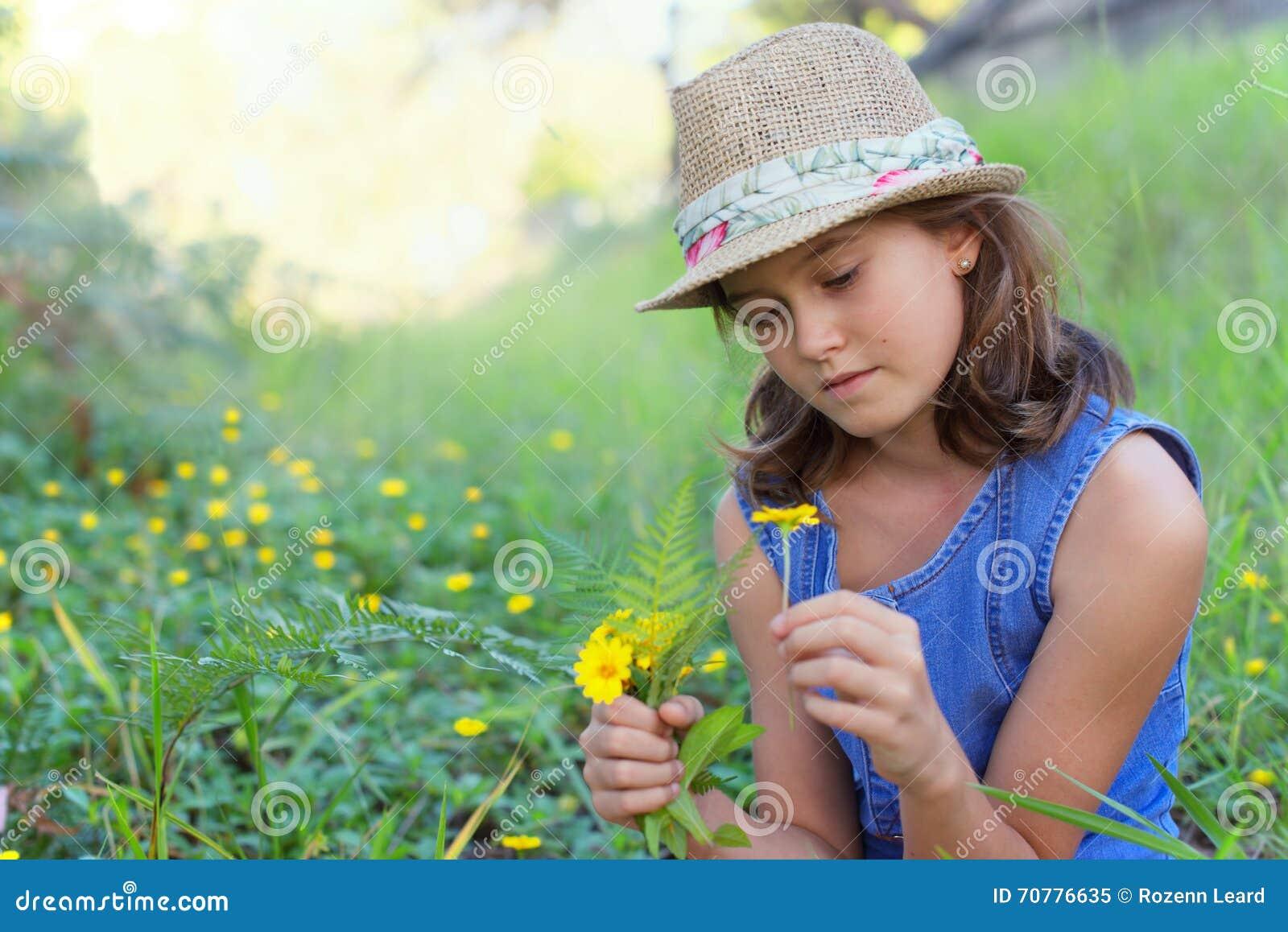 Meisje op wild bloemengebied