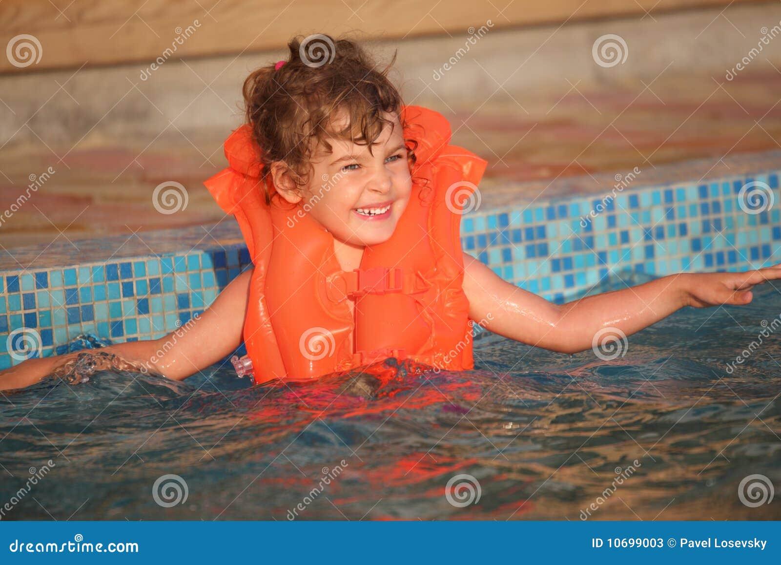 Meisje in opblaasbaar vest in pool