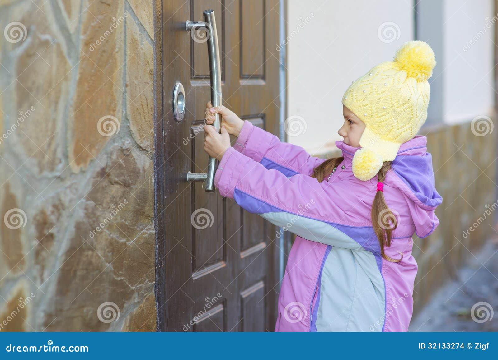 Meisje open deur