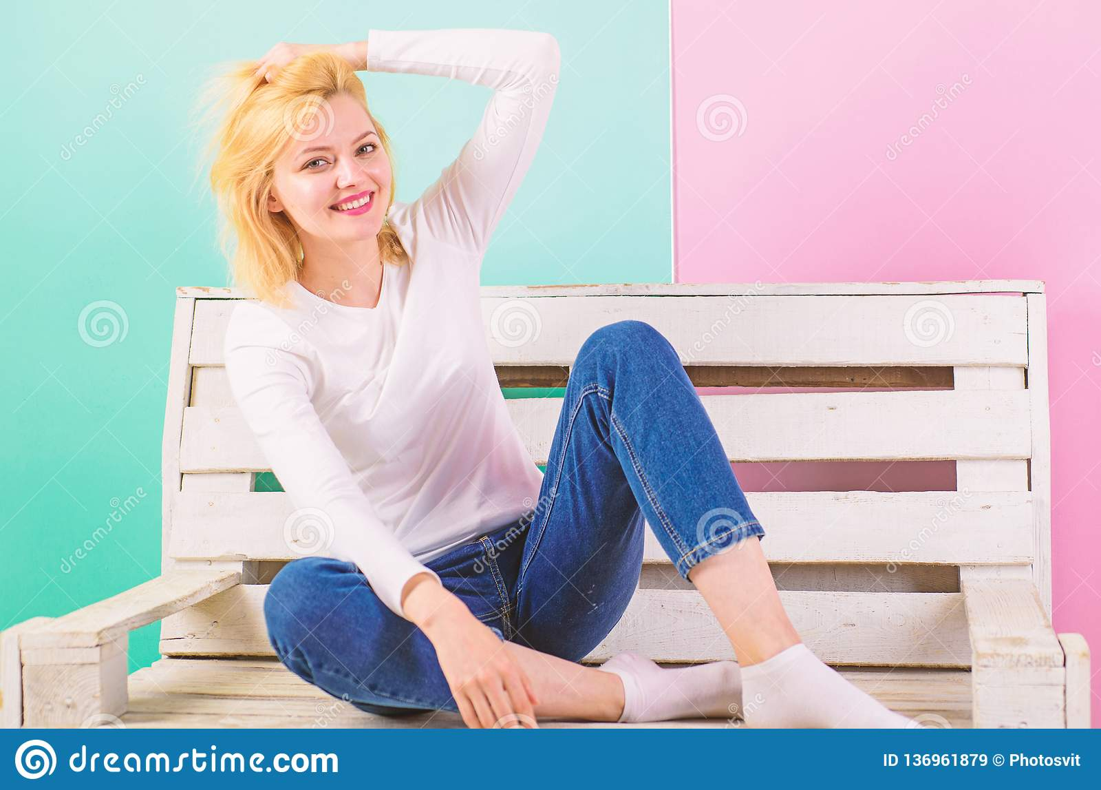 Meisje schitterend zelfs in eenvoudige stijlvulling Eenvoudige Schoonheid Zij is eenvoudig schitterend Mooie jonge vrouwenglimlac