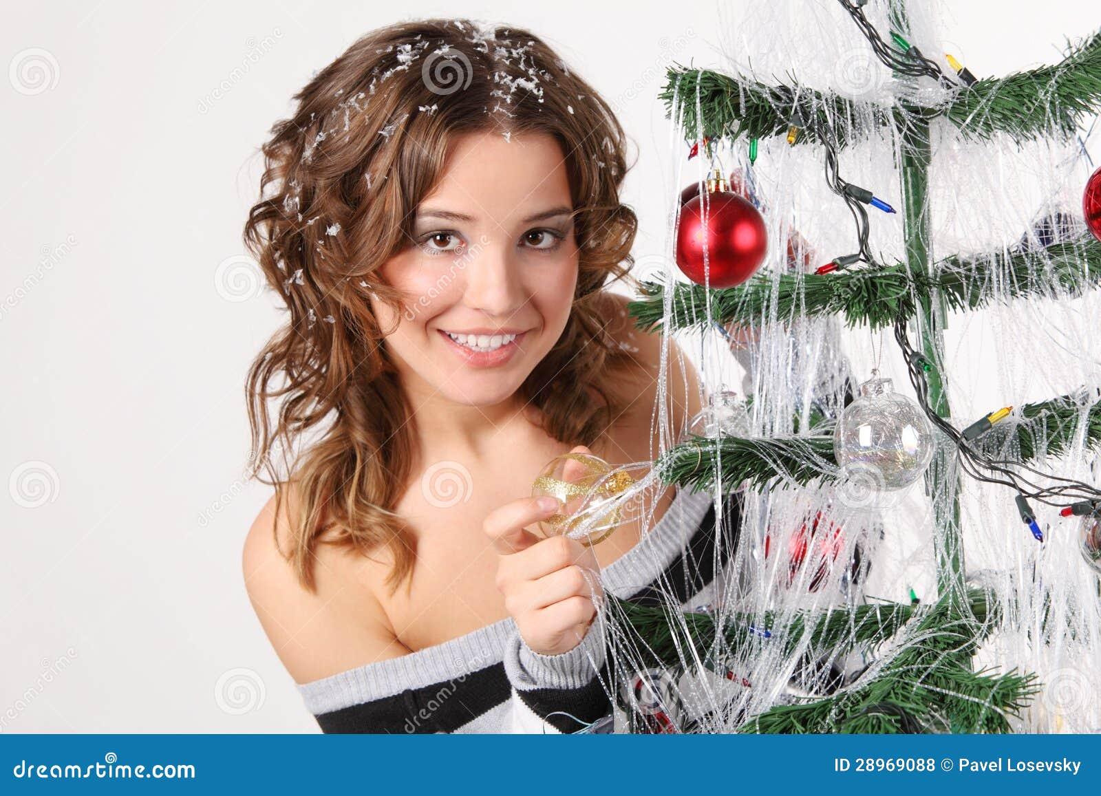 Meisje in sweater met haar in het glasbal van sneeuwaanrakingen