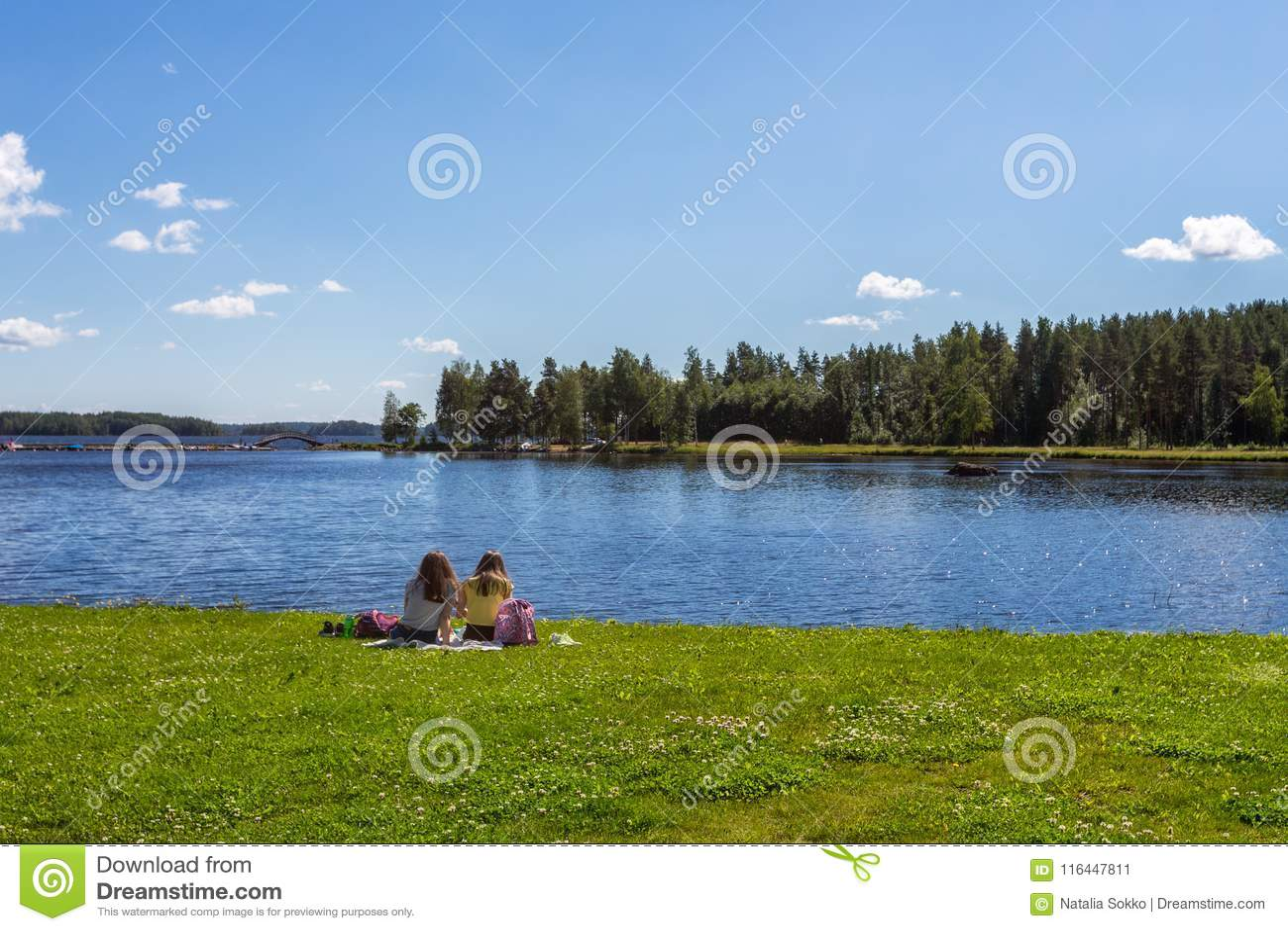 Meisje twee rust op meerkust