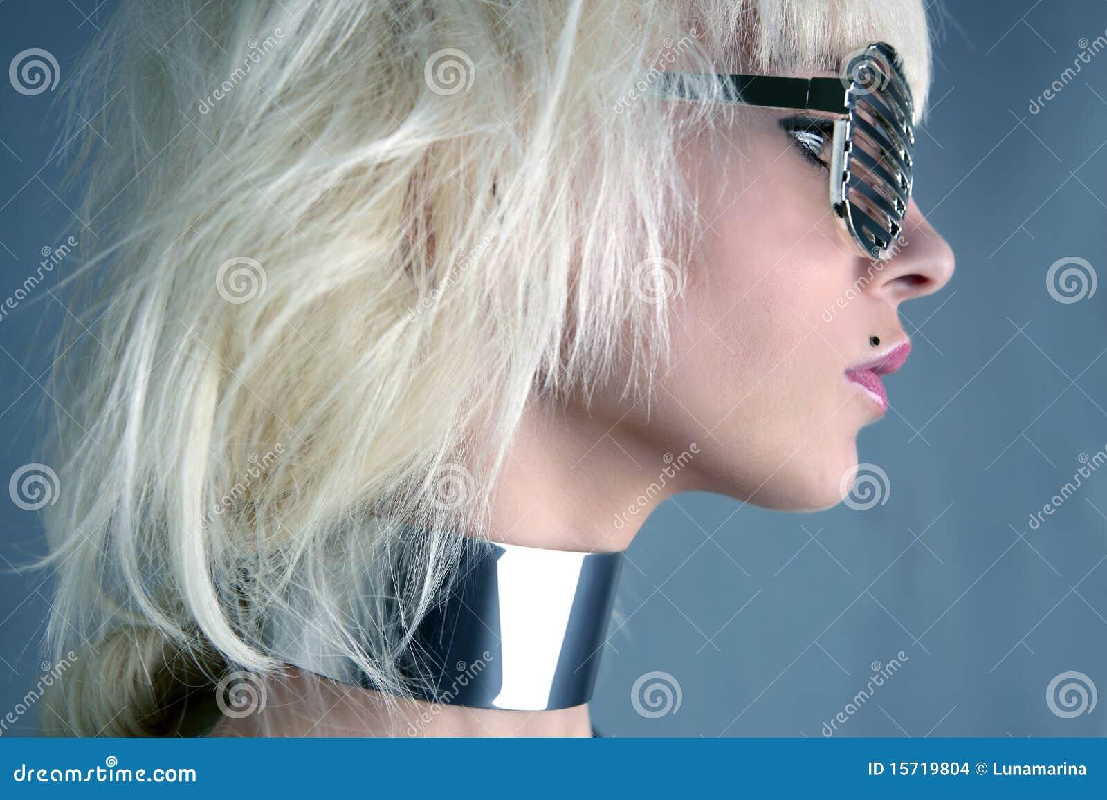 Meisje van de manier het futuristische zilveren glazen van de blonde