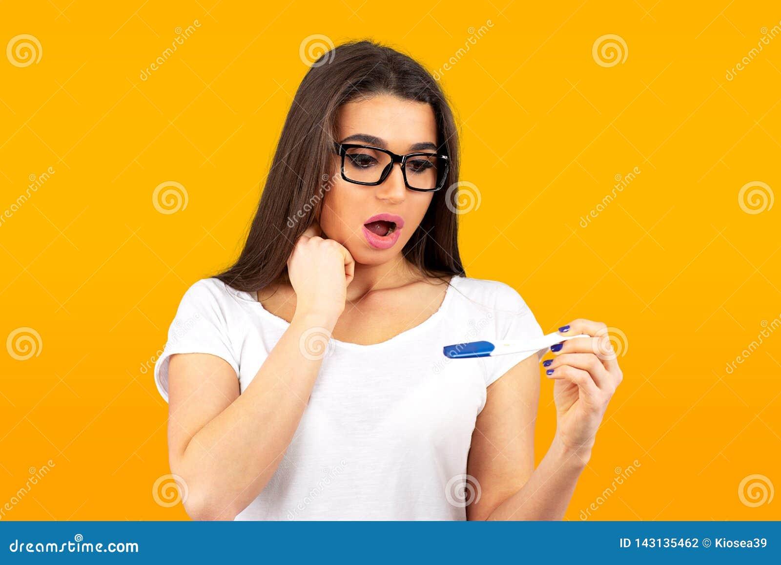 Meisje van positieve zwangerschapstest die wordt doen schrikken