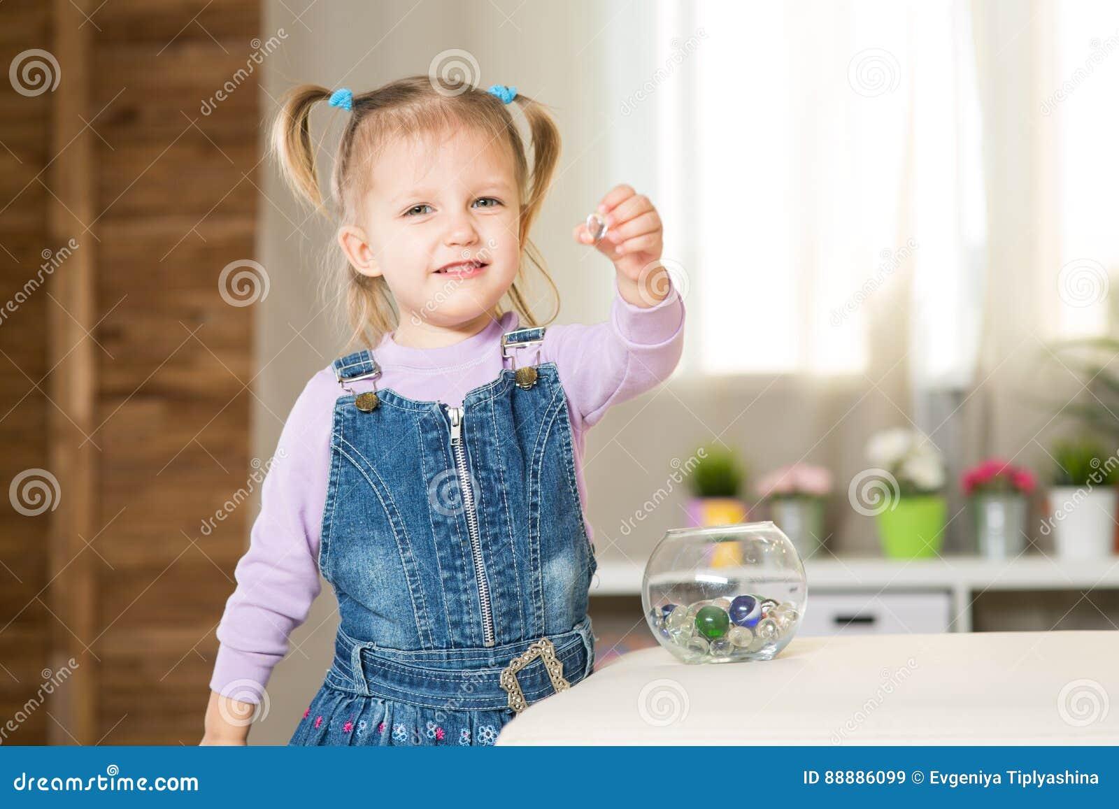 Meisje van twee jaar leeftijdsspelen in de ruimte stock foto afbeelding 88886099 - Foto tiener ruimte meisje ...