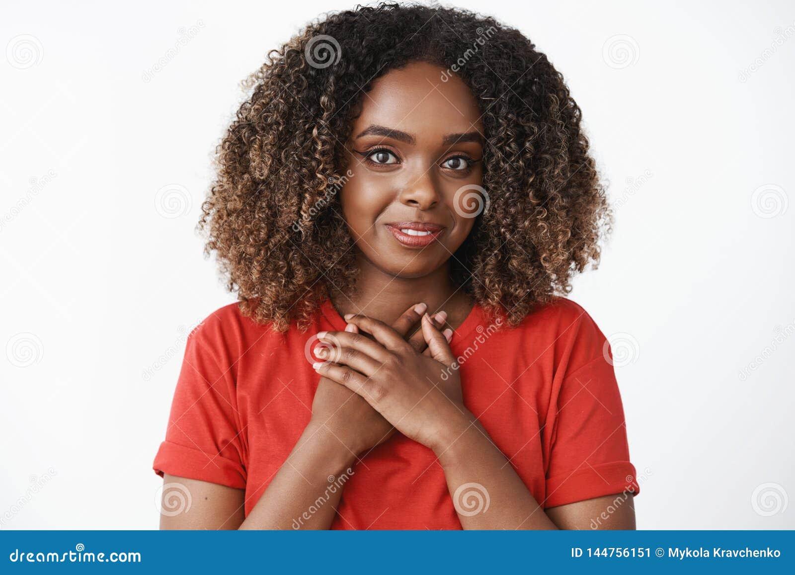 Meisje voelen dankbaar voor snoepje en gulle giftholdingspalmen perste aan borst oprecht en mooi glimlachen samen