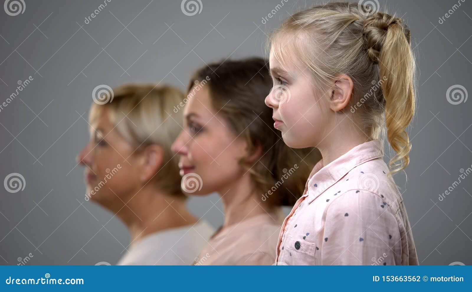 Meisje, volwassen vrouw en hoger dame zijaanzicht, familiegeneraties, toekomst