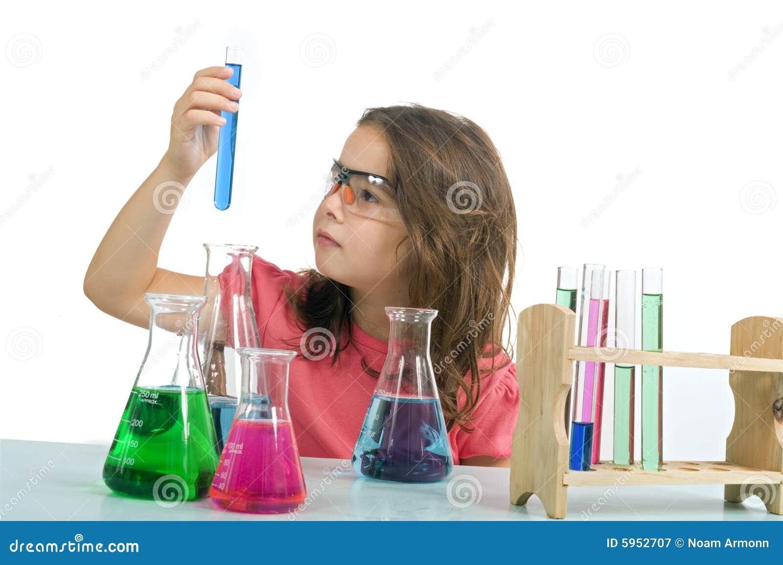 Meisje in wetenschapsklasse